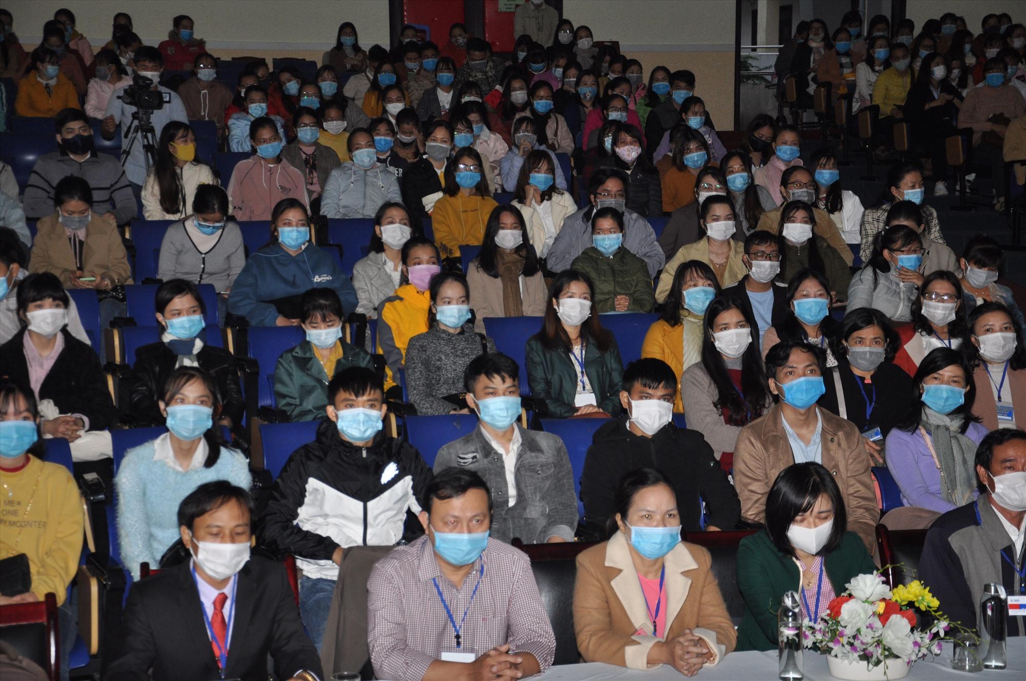 Các thí sinh tại điểm thi Trường THPT chuyên Nguyễn Bỉnh Khiêm. Ảnh: X.P