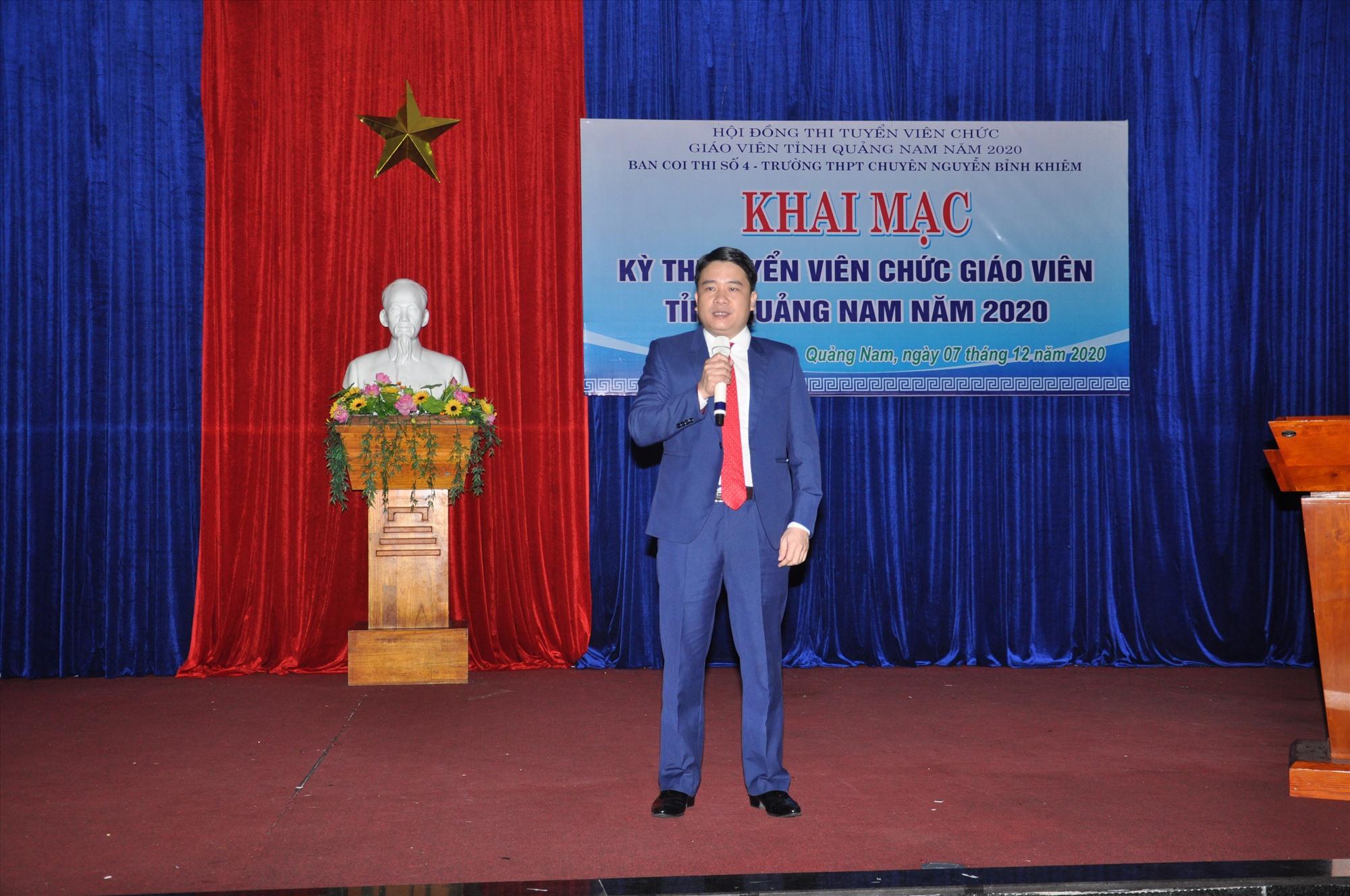 Phó Chủ tịch UBND tỉnh Trần Văn Tân động viên các thí sinh làm bài. Ảnh: X.P
