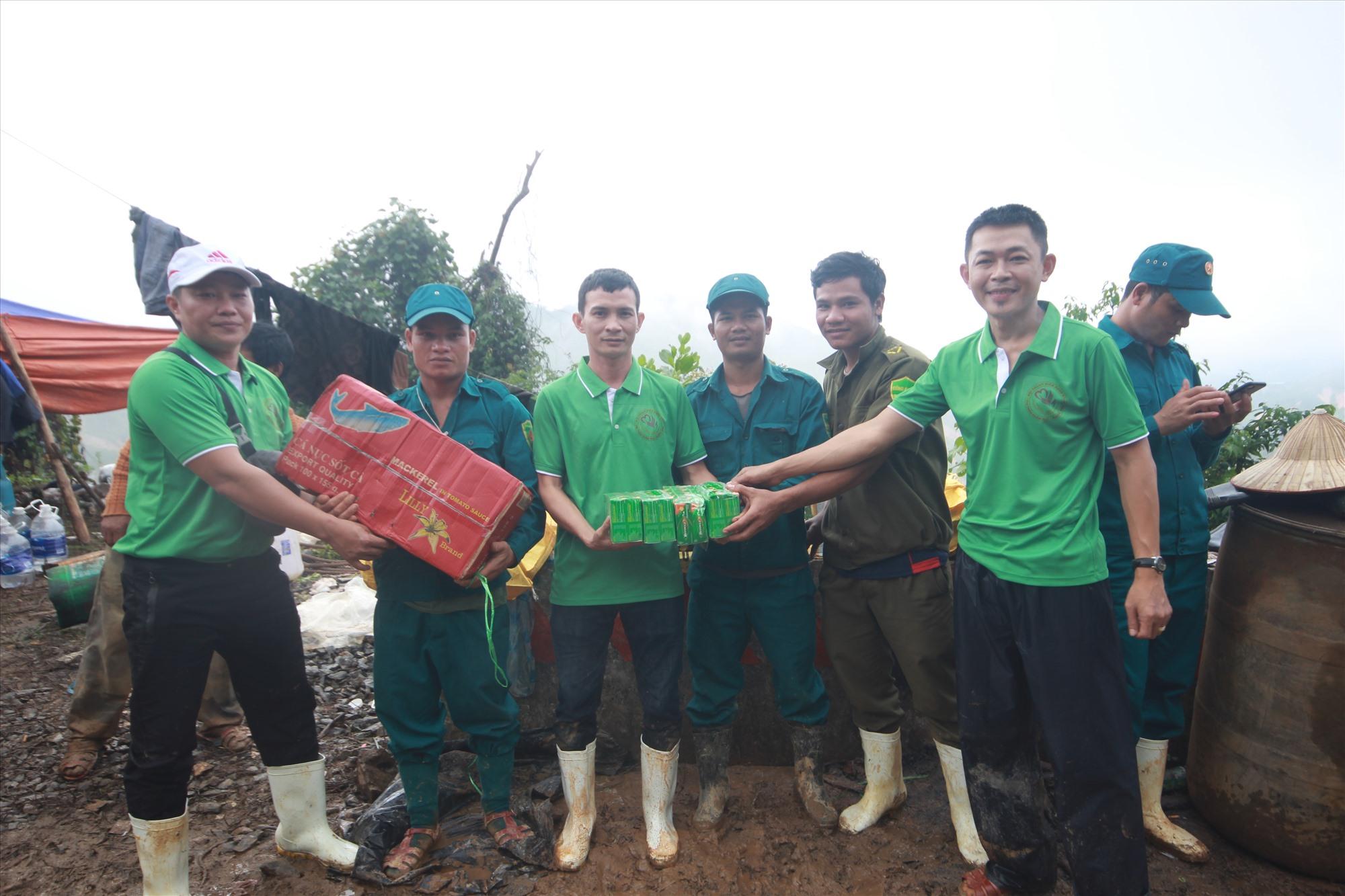 Các thành viên đội xung kích giúp dân ở thị trấn Khâm Đức chở hàng hóa, thực phẩm vào tặng cho đội dân quân hai xã Phước Thành, Phước Lộc. Ảnh: T.C