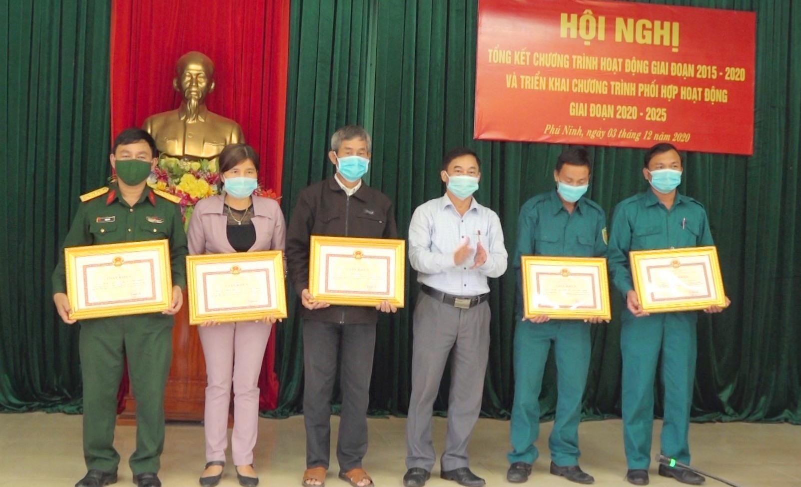 Phú Ninh khen thưởng 5 tập thể có thành tích trong hoạt động phối hợp giữa Ban Chỉ huy Quân sự (CHQS) với các tổ chức chính trị - xã hội (CT-XH) huyện. Ảnh: H.C