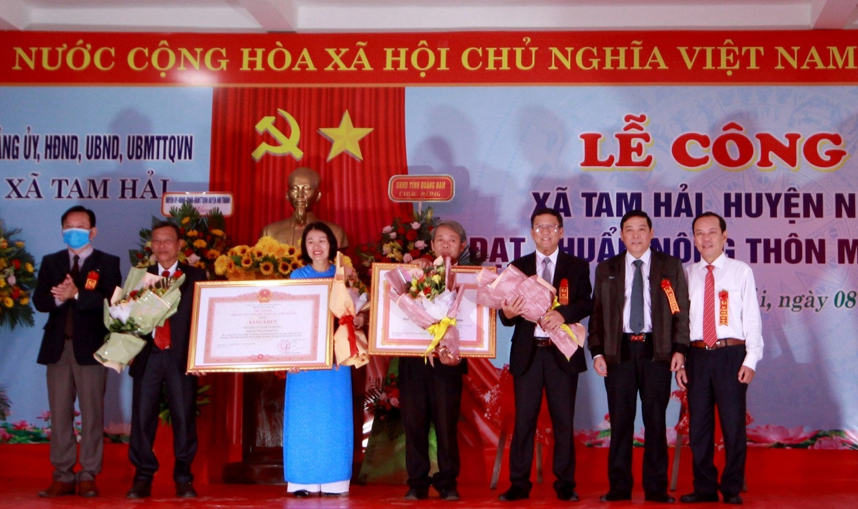 Trao bằng công nhận xã nông thôn mới và Bằng khen của Thủ tướng Chính phủ cho nhân dân và cán bộ xã đảo Tam Hải. Ảnh: T.C