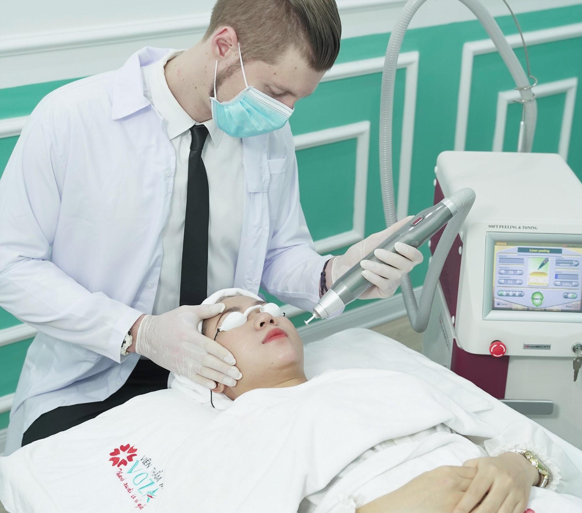 Chuyên gia tiến hành trị liệu nám da bằng công nghệ Melas Cell cho khách hàng