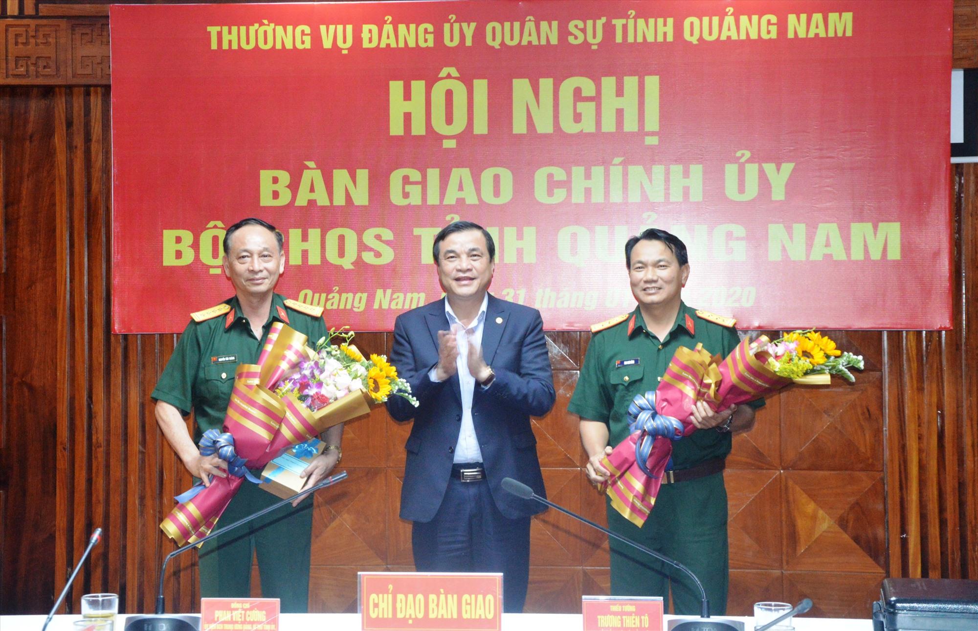 Bí thư Tỉnh ủy Phan Việt Cường tặng hoa cho Đại tá Nguyễn Tấn Thành và Thượng tá Mai Kim Bình.