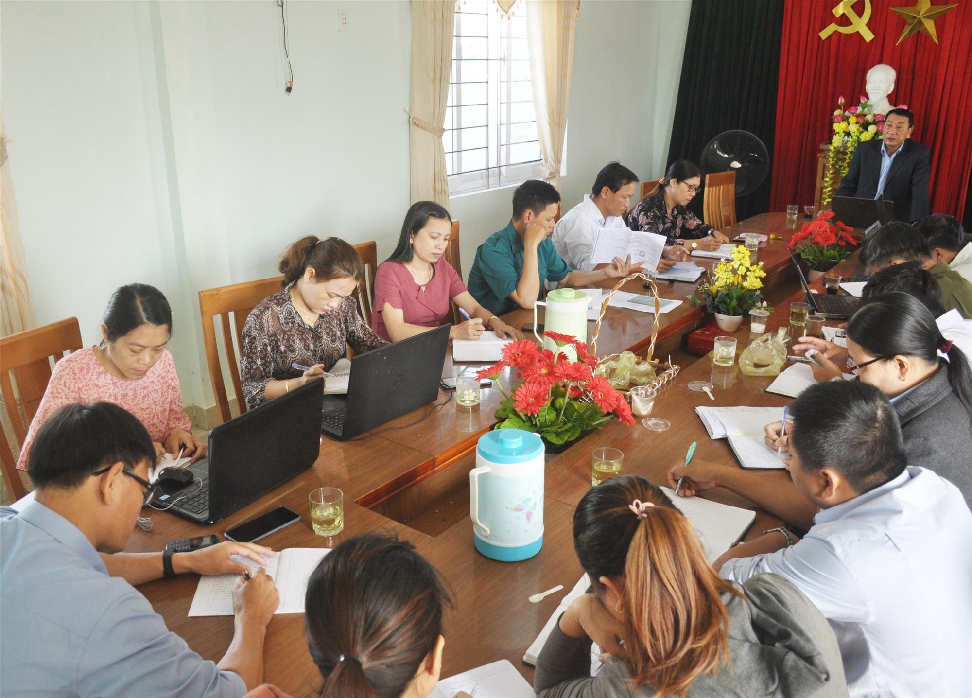 Đảng ủy xã Tam Xuân 2 họp lấy ý kiến góp ý, rà soát lần cuối đối với các nội dung chuẩn bị cho tổ chức Đại hội Đảng bộ xã nhiệm kỳ 2020 - 2025. Ảnh: N.Đ