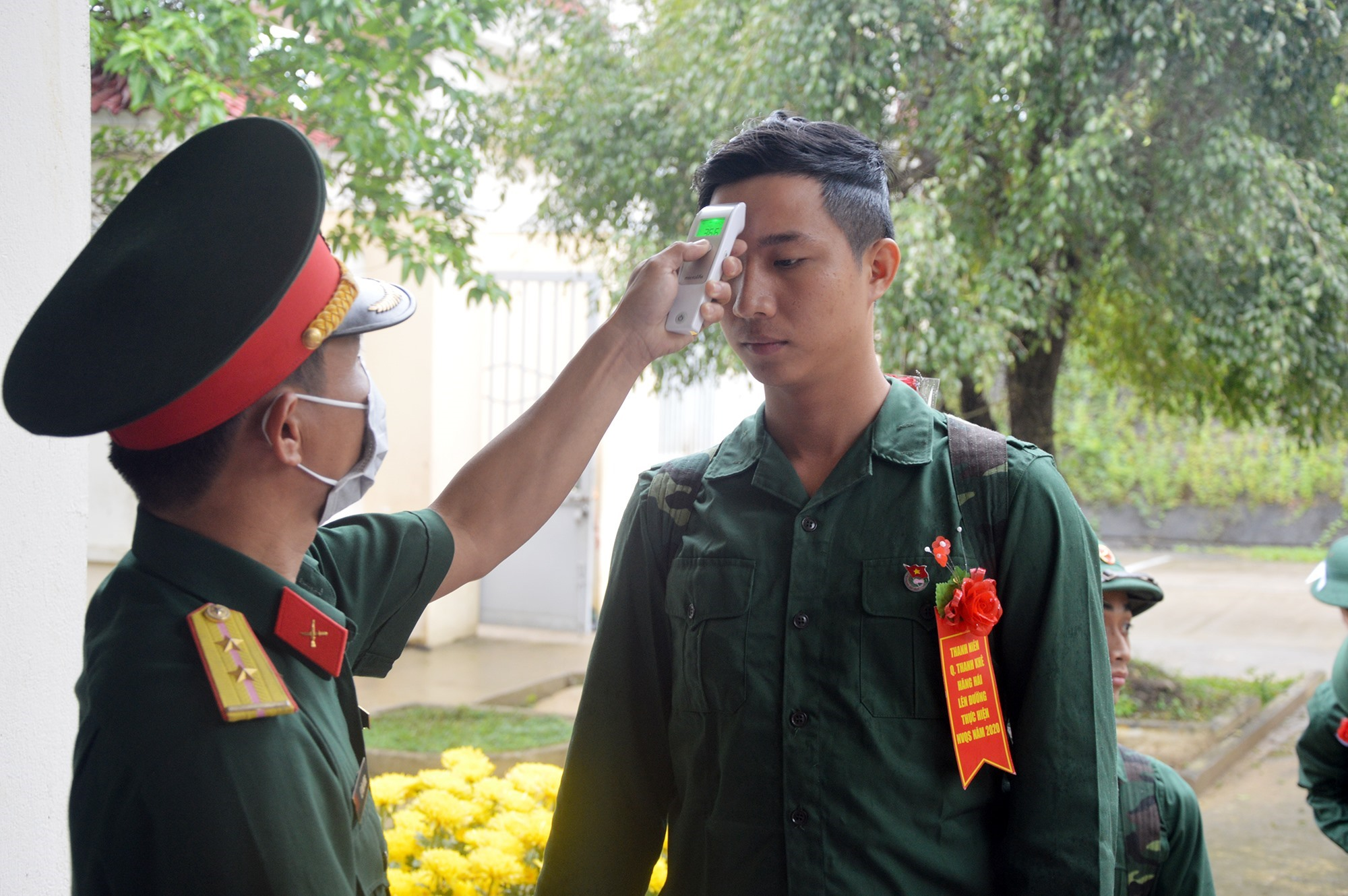 Thực hiện các biện pháp phòng, chống dịch nCoV đối với chiến sĩ mới.