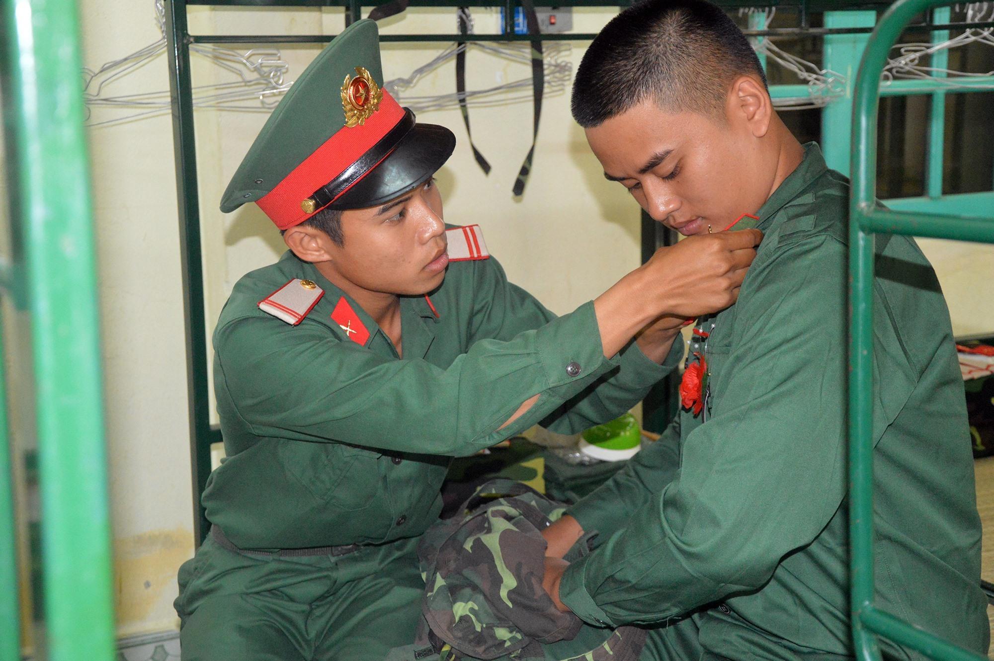 Hướng dẫn lễ tiết tác phong cho chiến sĩ mới.