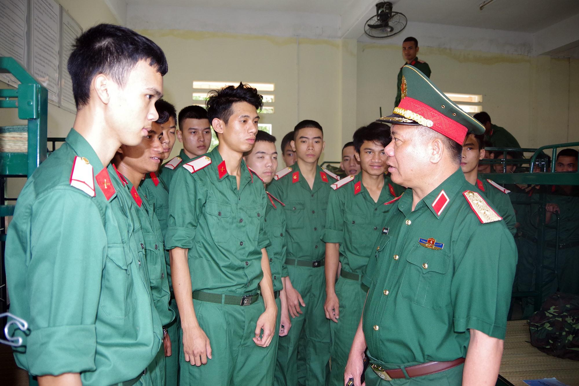 Trung tướng Nguyễn Long Cáng, Tư lệnh Quân khu 5 thăm, động viên chiến sĩ mới nhập ngũ năm 2020.