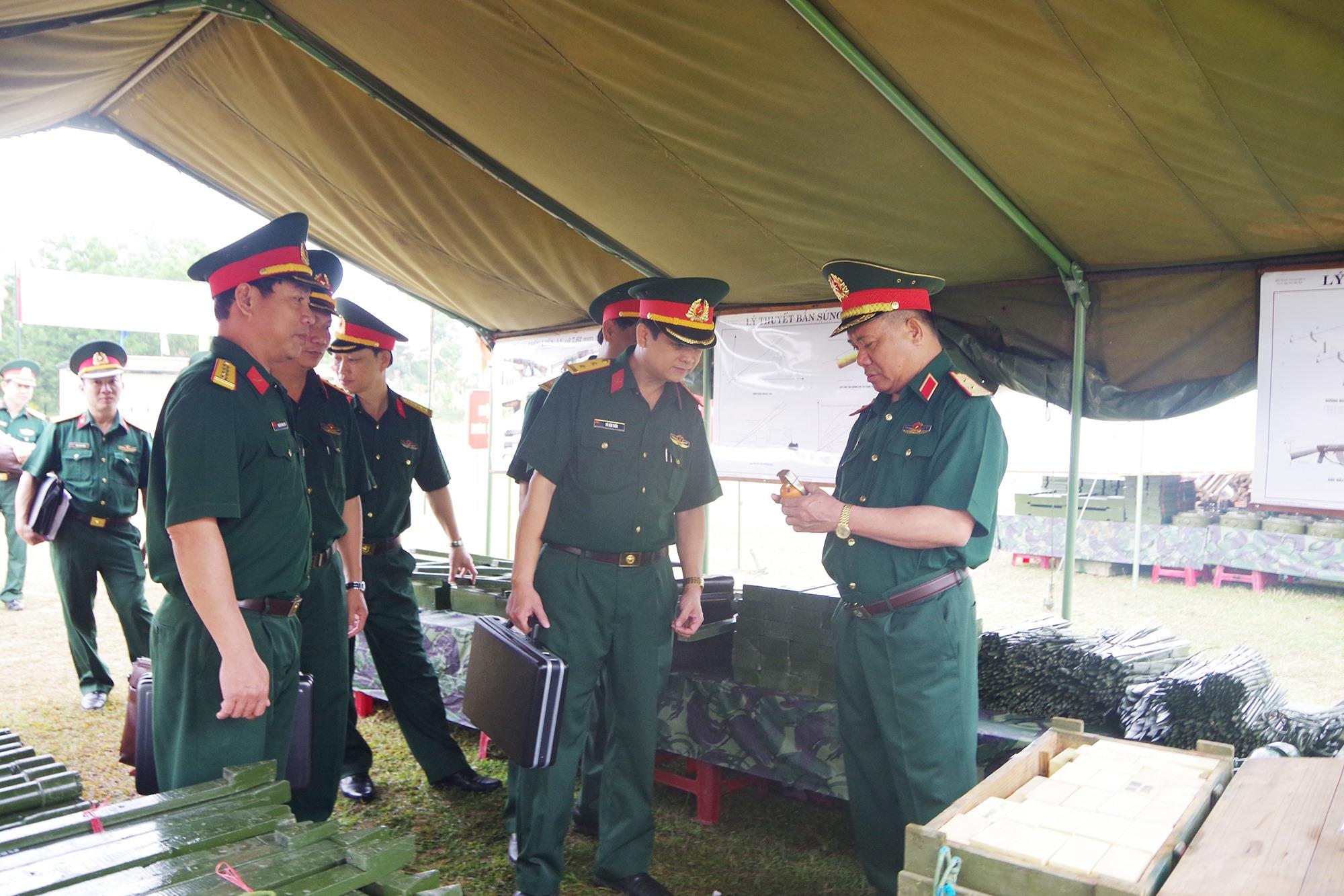 Trung tướng Nguyễn Long Cáng, Tư lệnh Quân khu 5 kiểm tra mô hình học cụ phục vụ huấn luyện năm 2020.