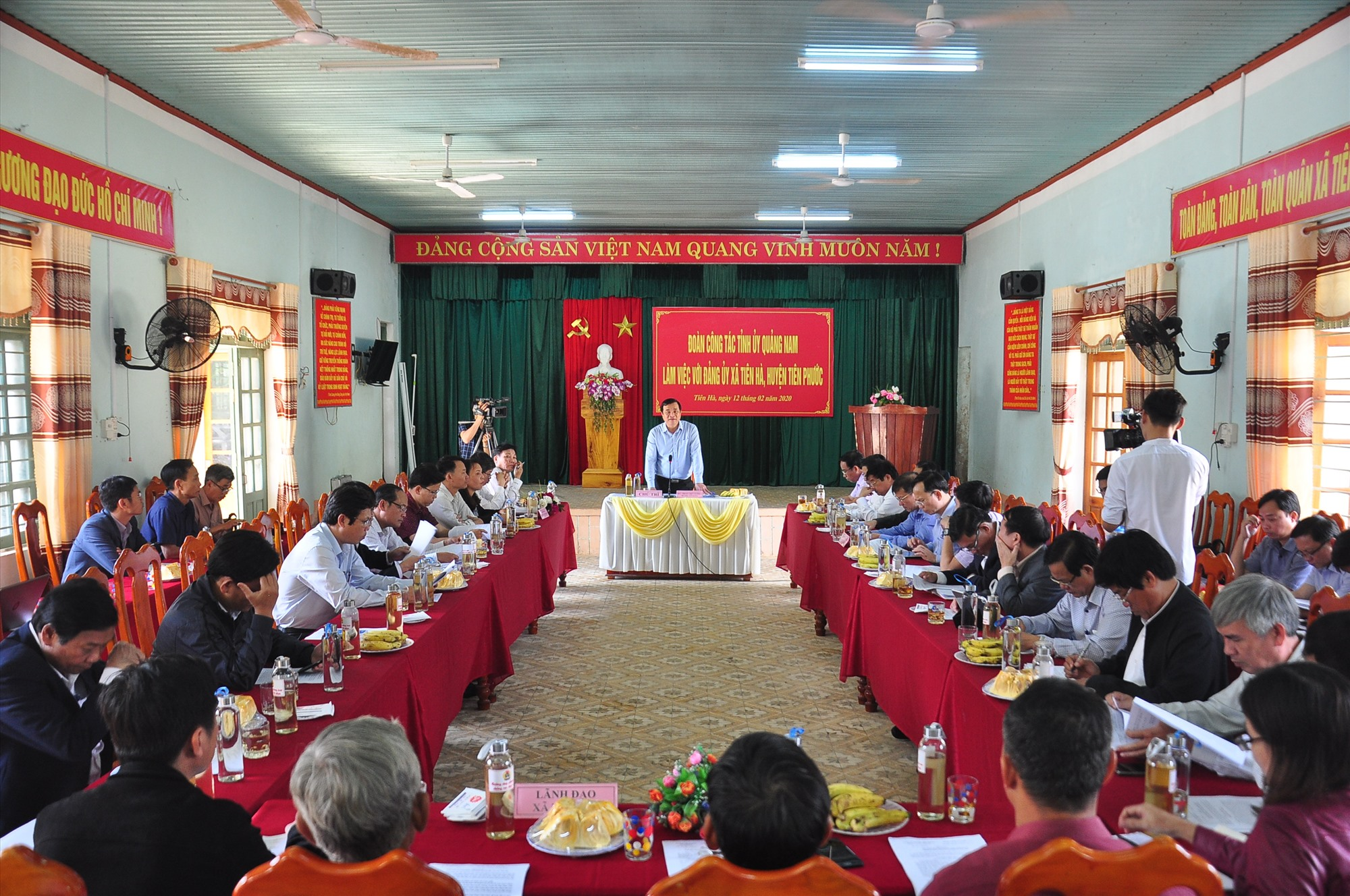 Đoàn công tác của Tỉnh ủy làm việc với Đảng ủy xã Tiên Hà. Ảnh: VINH ANH