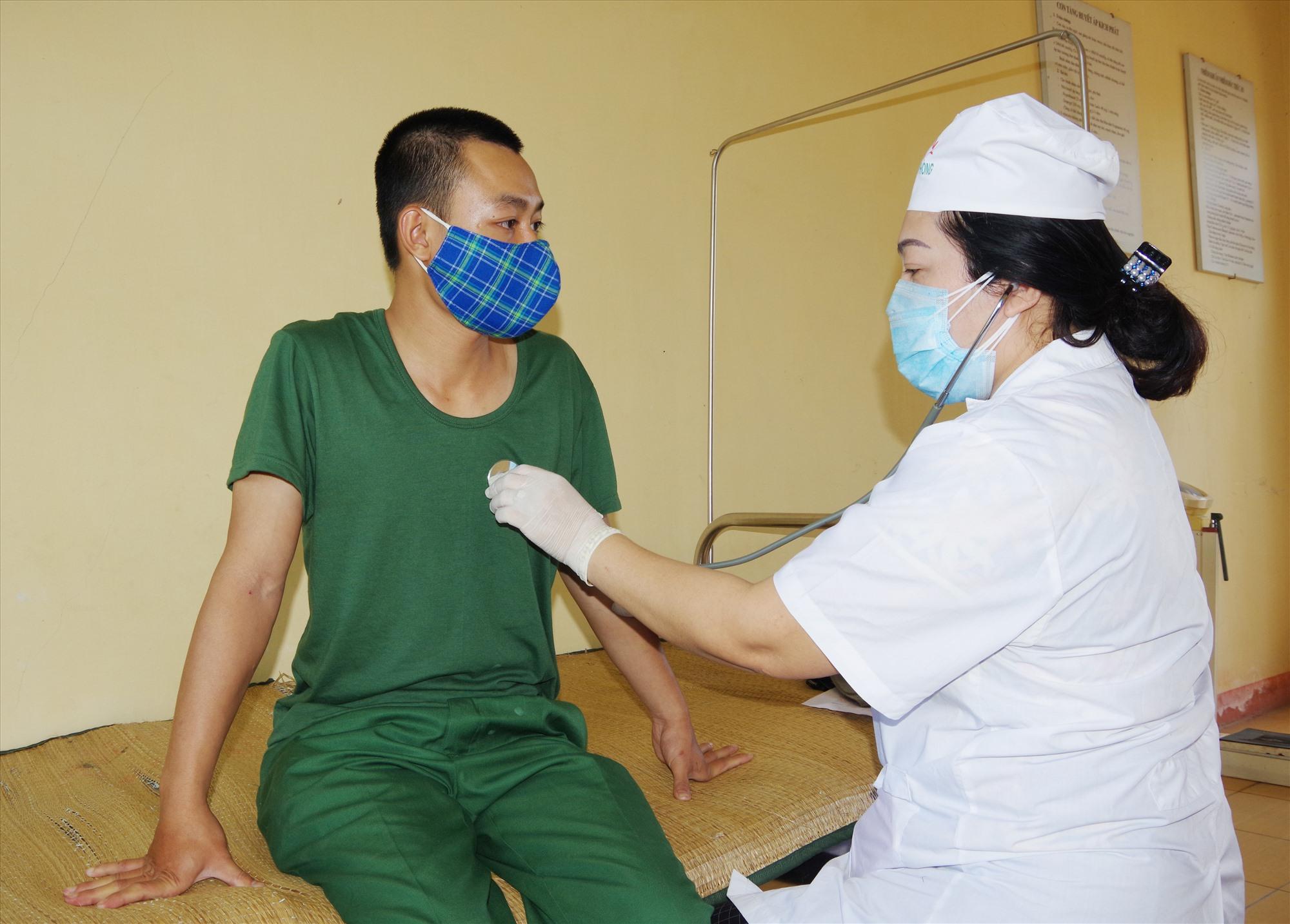 Quân y Bộ đội biên phòng tỉnh khám sức khỏe cho các tân binh