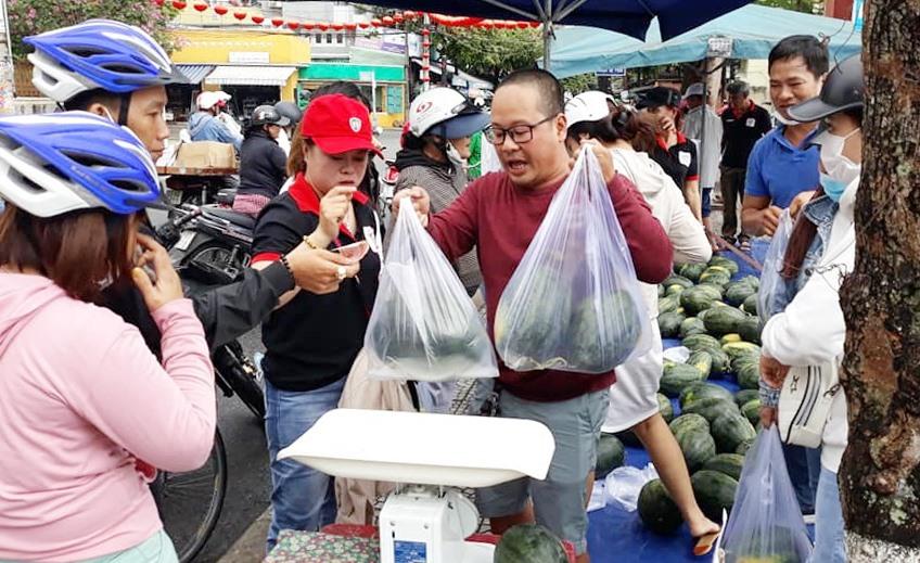 Nhóm thiện nguyện Tươi sáng TP.Hội An bán giúp nông dân Tây Nguyên 45 tấn dưa hấu trong 3 ngày. (ảnh:N.Trang)