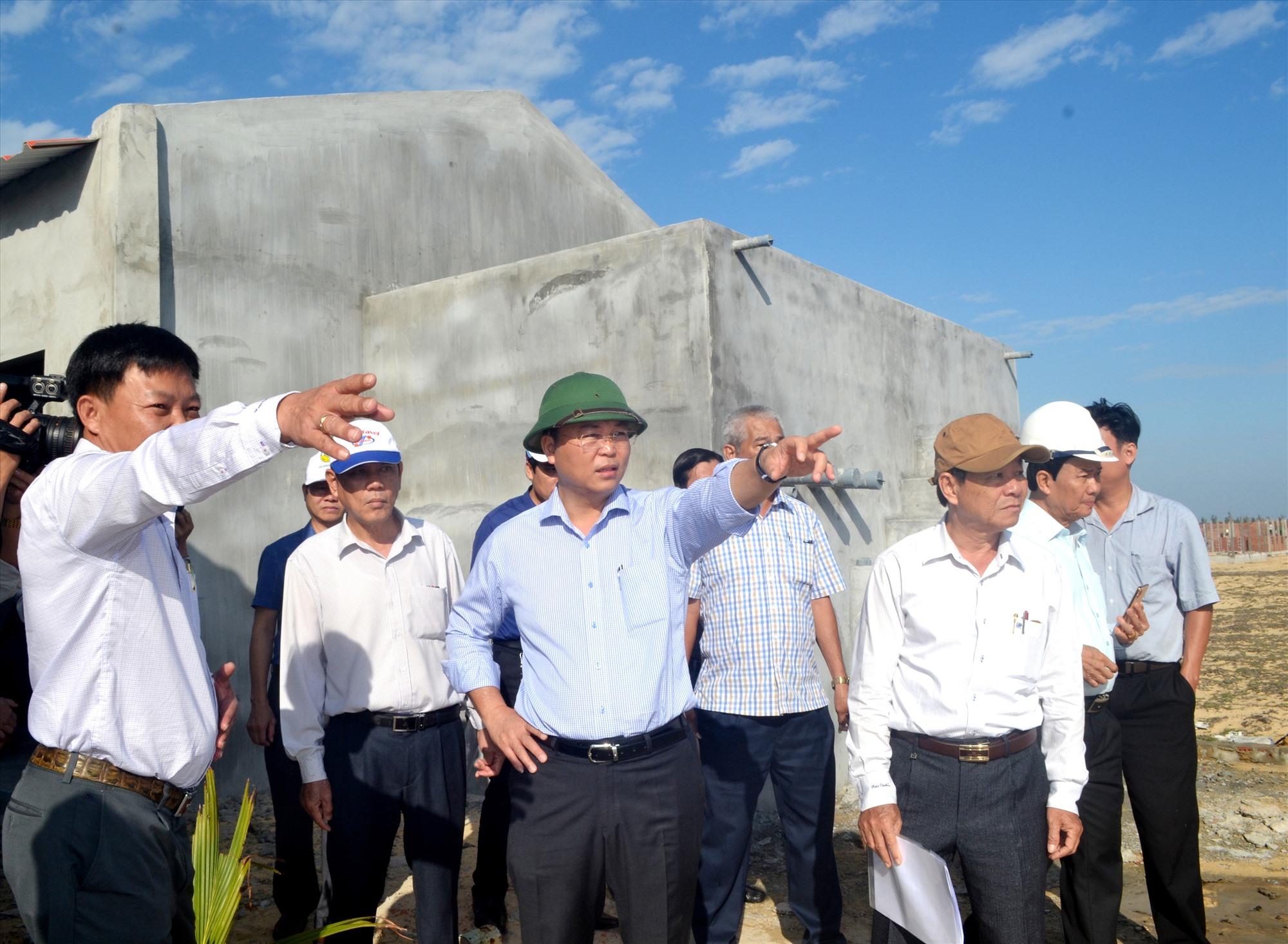 Chủ tịch UBND tỉnh Lê Trí Thanh đi kiểm tra thực địa Khu sản xuất, kiểm định giống thủy sản Quảng Nam. Ảnh: VIỆT NGUYỄN