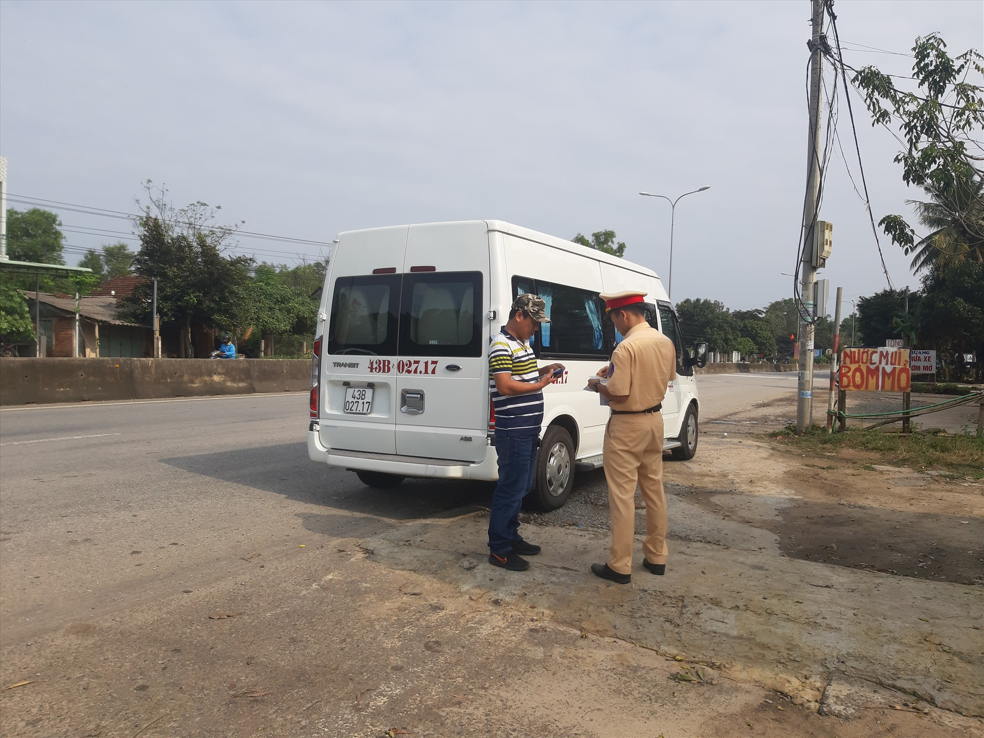 Cảnh sát giao thông kiểm soát xe khách sau tết trên quốc lộ 1, đoạn qua xã Tam Anh Nam, huyện Núi Thành. Ảnh: HOÀI AN