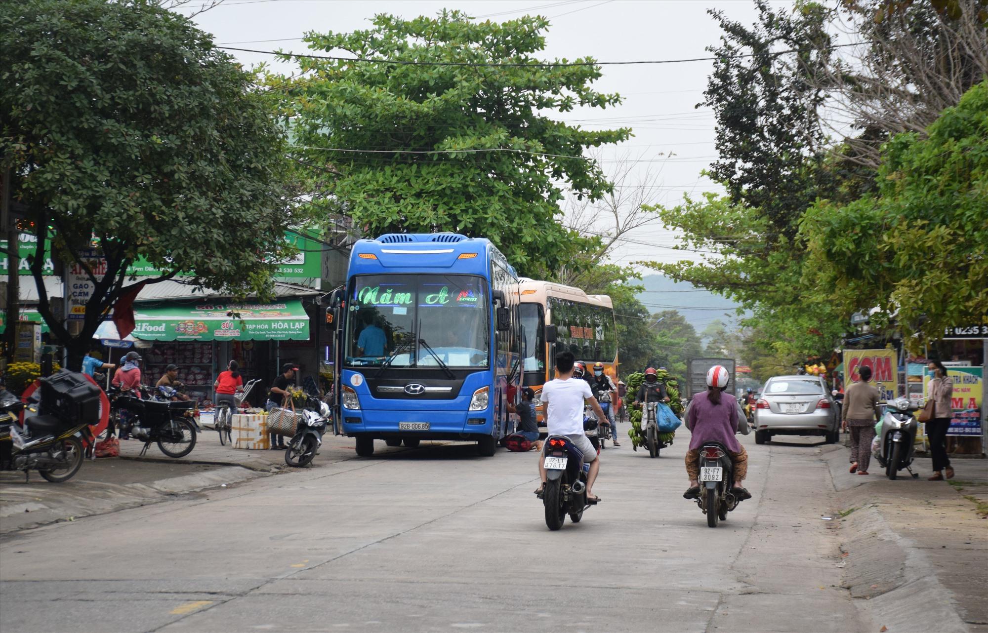 Lưu thông diễn ra lộn xộn trước cổng vào chợ Tam Dân (xã Tam Dân, huyện Phú Ninh). Ảnh: HOÀI AN