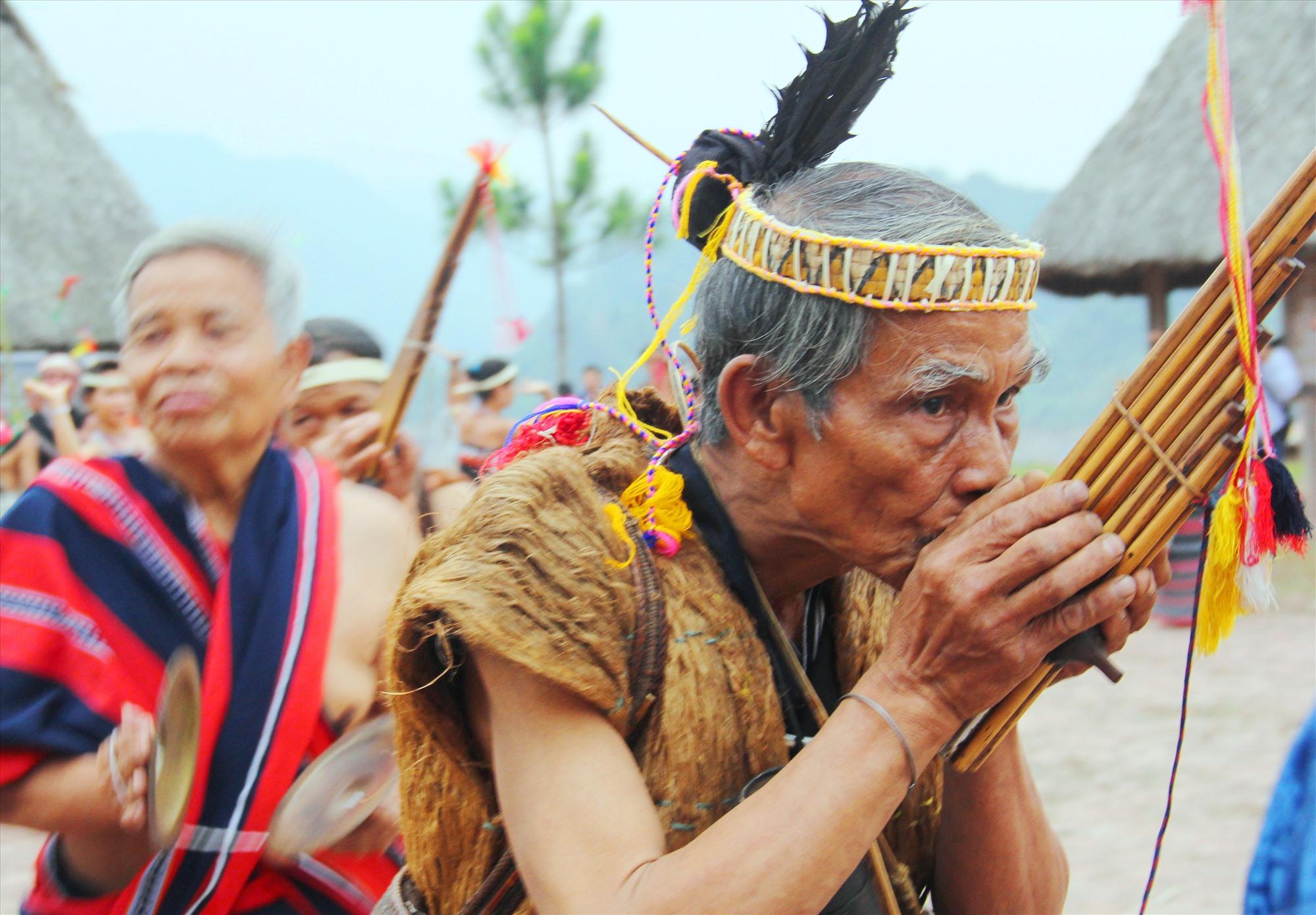 """Thuở còn ở trần thế, già làng Cơlâu Nâm như một """"nhạc trưởng"""" trong các lễ hội vùng cao Tây Giang. Ảnh: N.C"""