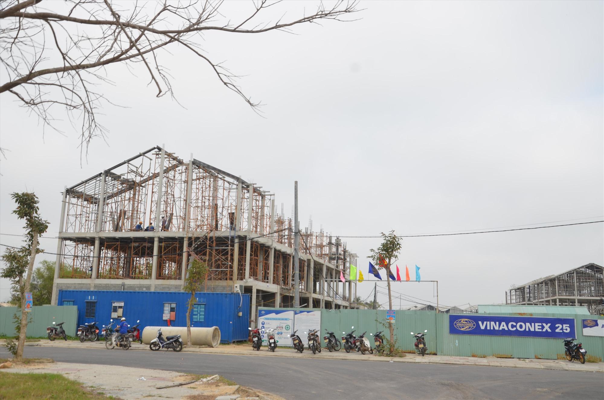 Nhà thầu Vinaconex 25 khẩn trương xây dựng dự án Homeland Paradise Village tại Khu đô thị mới Điện Nam - Điện Ngọc.Ảnh: T.B