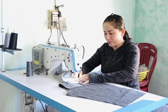 Hỗ trợ máy may là một trong những cách giúp phụ nữ thoát nghèo ở xã Bình Minh. Ảnh: SƯƠNG TÂN