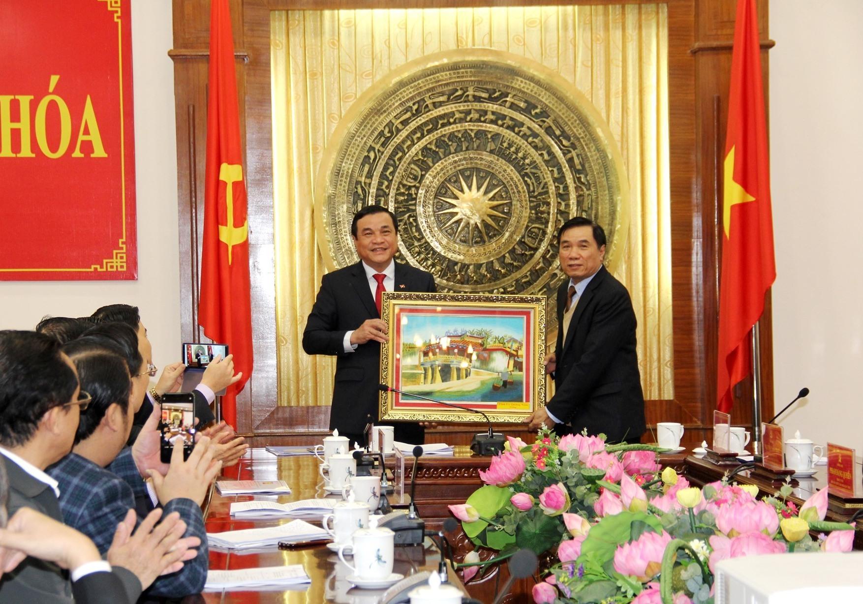 Lãnh đạo Quảng Nam trao quà cho tỉnh Thanh Hóa sau buổi làm việc. Ảnh: A.N