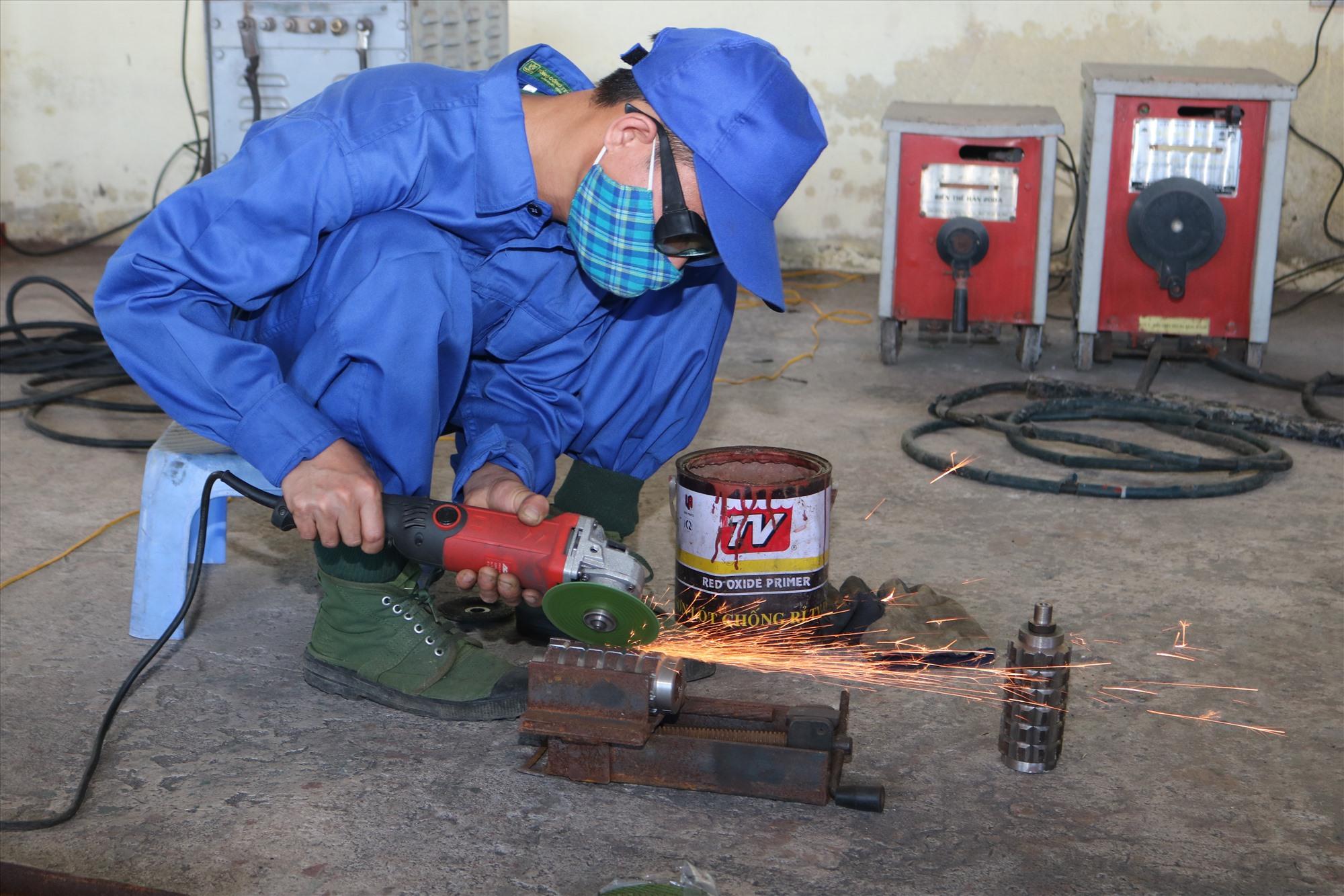 Nhân viên Đại đội Sửa chữa 26 gia công vỏ mìn POMZ-2. Ảnh: V.H