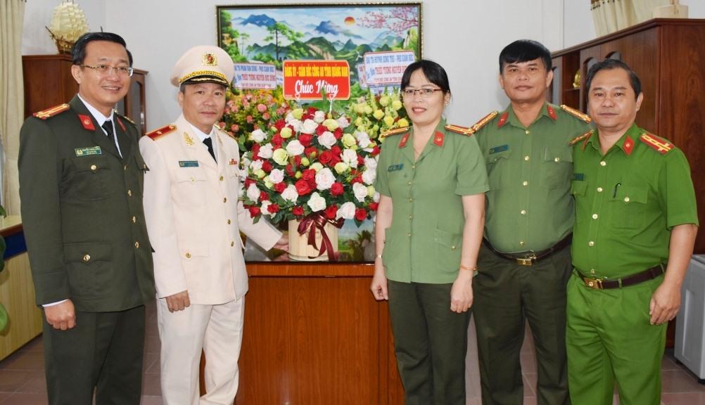 Các đồng chí Ban thường vụ Công an tỉnh tặng hoa chúc mừng đồng chí thiếu tướng Nguyễn Đức Dũng
