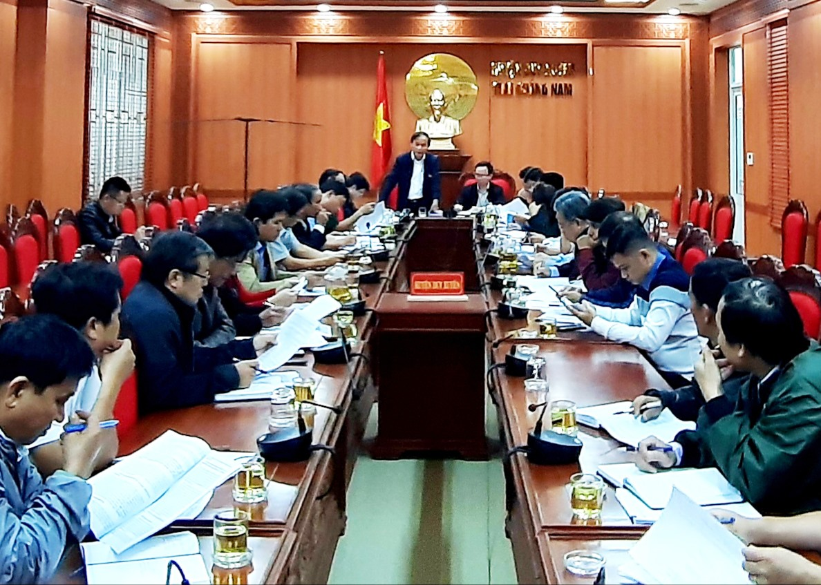 Đoàn kiểm tra, giám sát xây dựng nông thôn mới của tỉnh làm việc với lãnh đạo huyện Duy Xuyên vào hôm qua 19.2. Ảnh: H.N