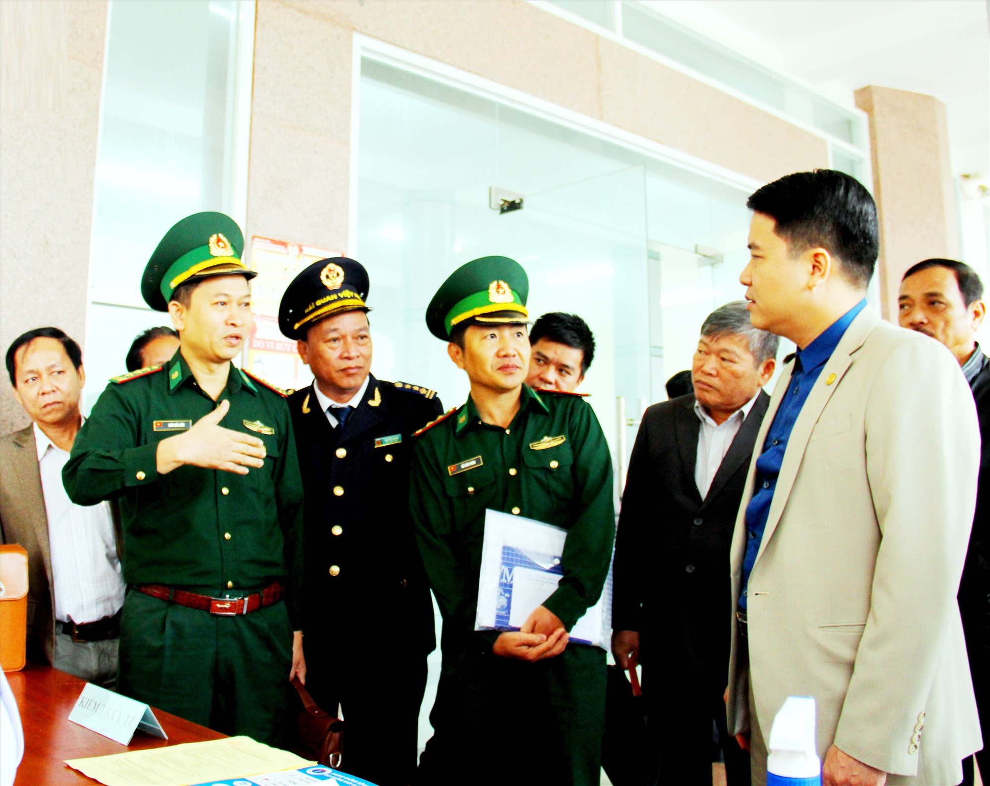 Phó Chủ tịch UBND tỉnh Trần Văn Tân kiểm tra công tác phòng chống dịch Covid-19 tại cửa khẩu Nam Giang - Đắc Tà Oọc. Ảnh: ALĂNG NGƯỚC