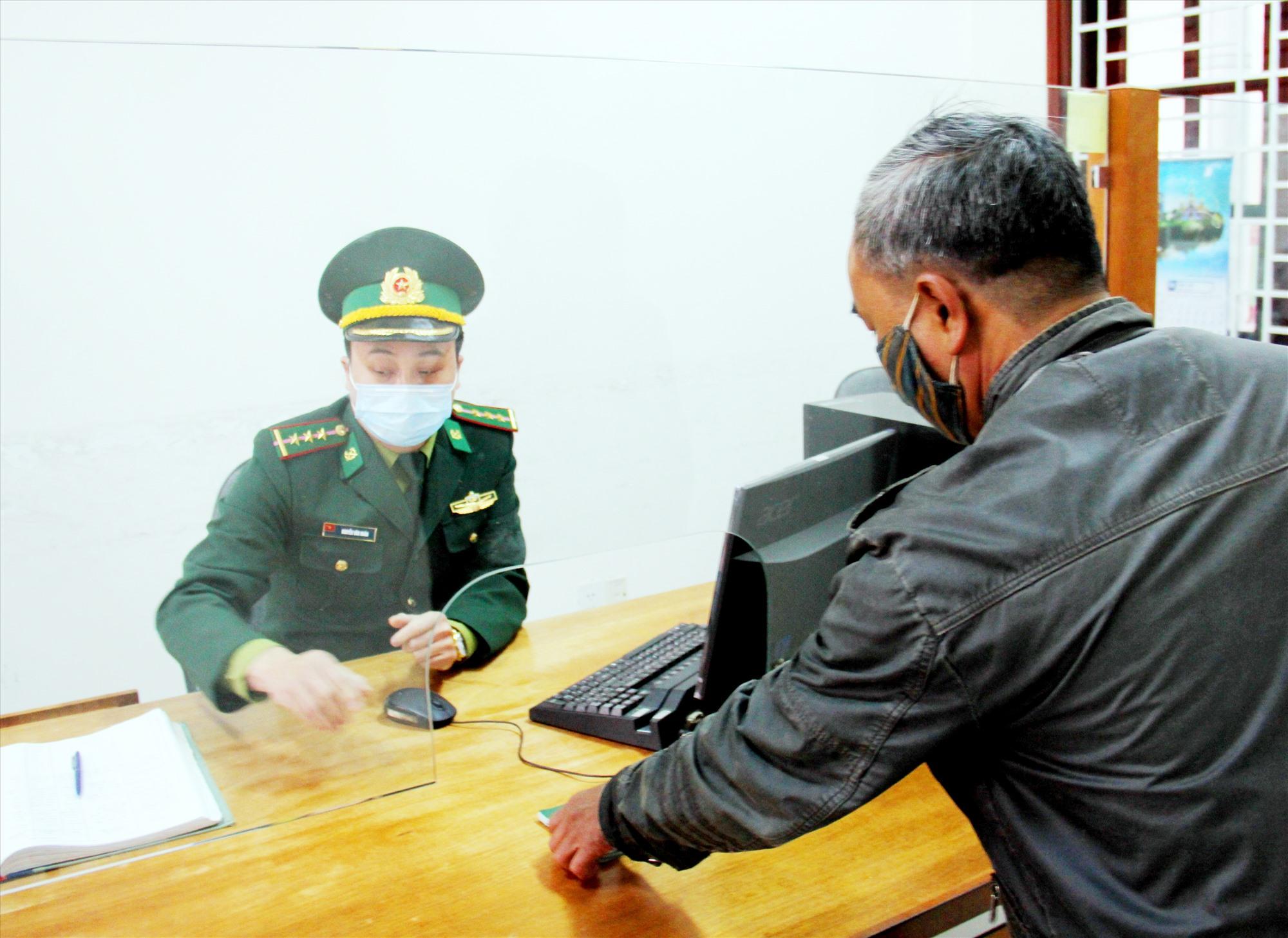 Tất cả người dân đến đăng ký xuất nhập cảnh tại cửa khẩu biên giới đều được kiểm tra lịch trình đi lại nhằm kiểm soát chặt chẽ theo quy định. Ảnh: ALĂNG NGƯỚC