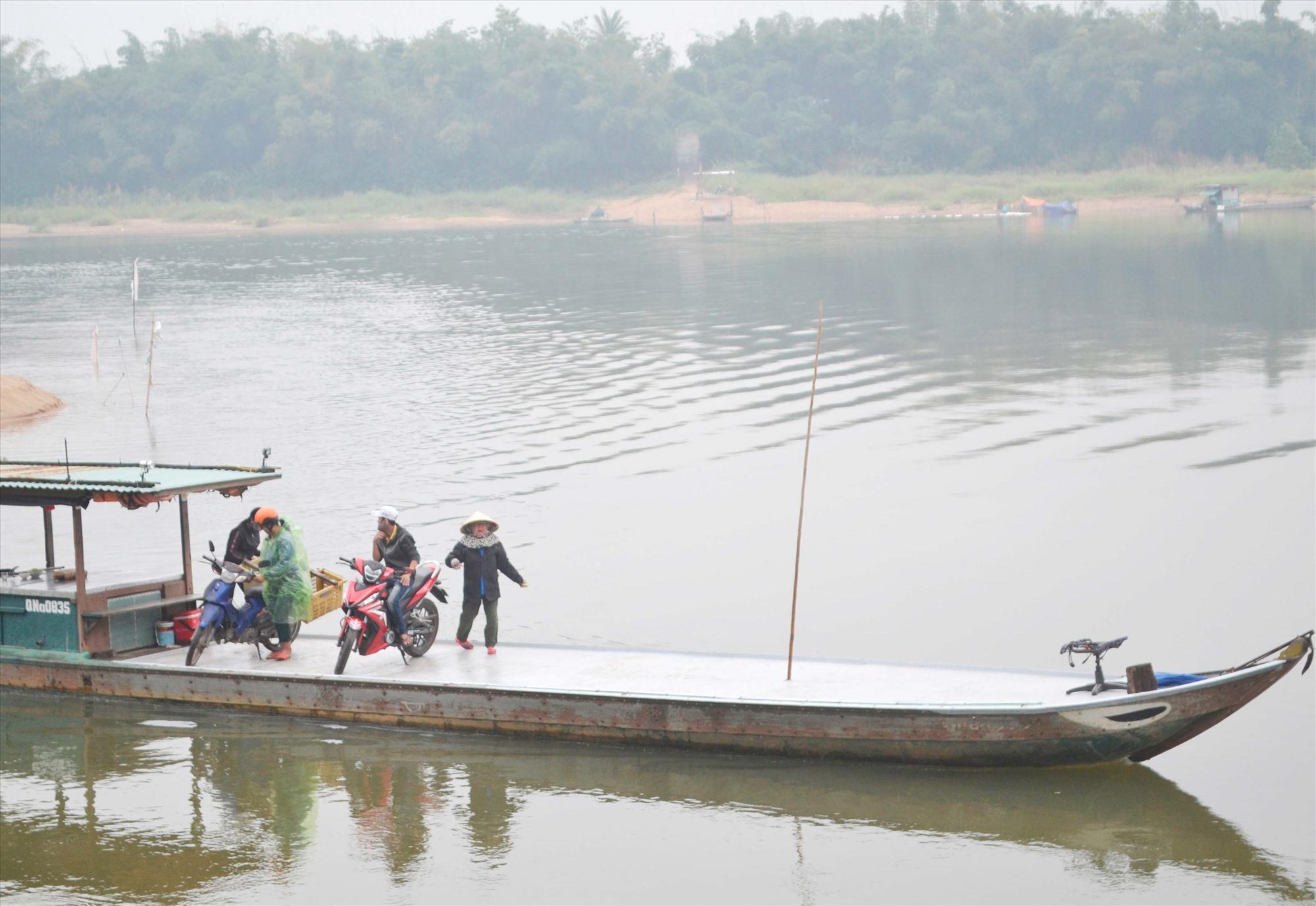 Vận chuyển khách ngang sông trên bến đò Duy Tân (Duy Xuyên) - Phú Thuận (Đại Lộc). Ảnh: C.T