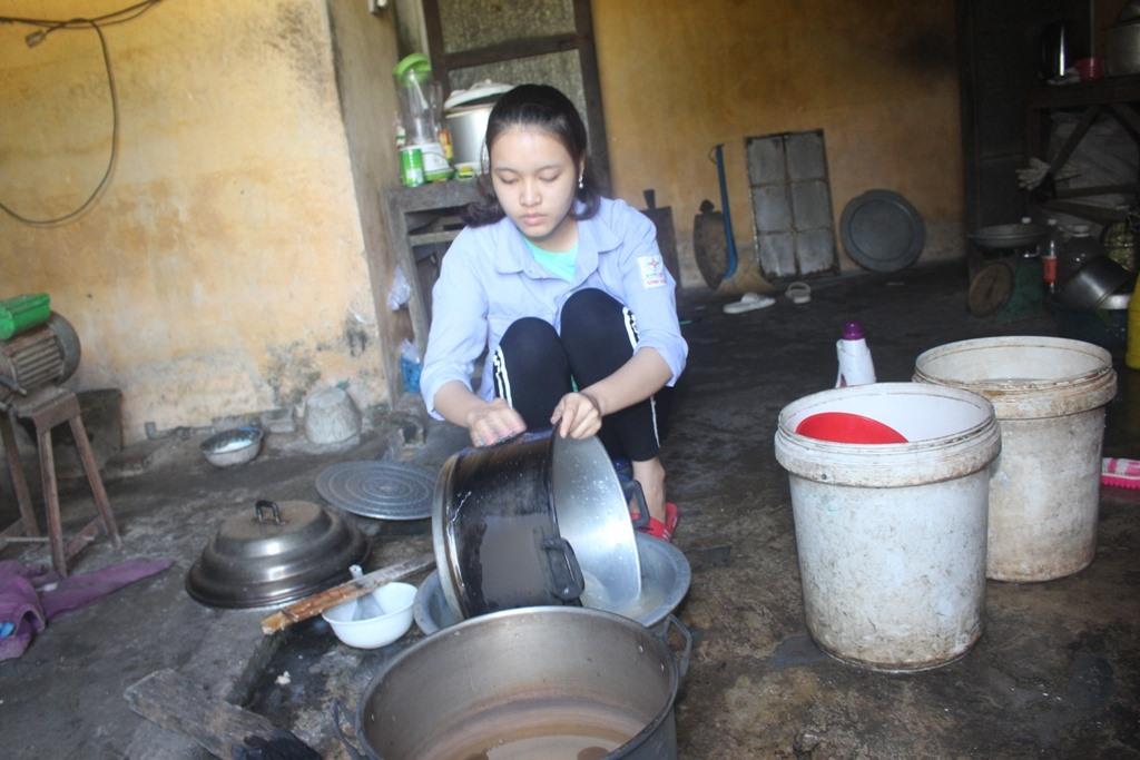Ngoài giờ học, Thúy còn lao động phụ giúp mẹ nấu xôi, sữa đậu nành và lau chùi xoong, nồi... Ảnh: T.N