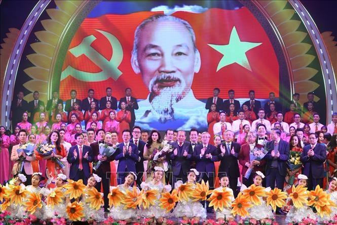 """Các đồng chí lãnh đạo Đảng, Nhà nước lên tặng hoa các nghệ sĩ tại Chương trình nghệ thuật đặc biệt """"Mùa xuân dâng Đảng"""" được tổ chức tối 2/2/2020. Ảnh: Minh Quyết/TTXVN"""