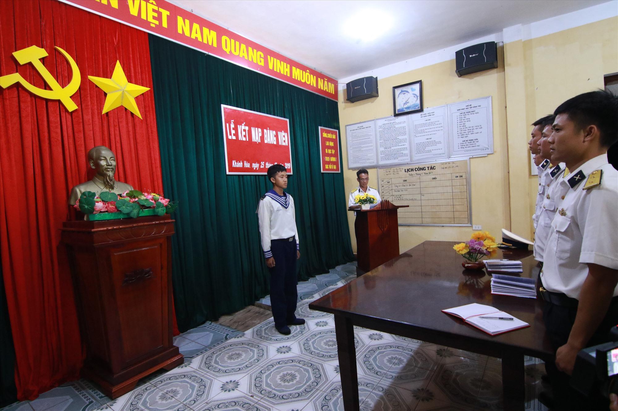 Chiến sĩ trẻ Nguyễn Văn Phương đứng nghiêm trong phút công bố kết nạp Đảng tại đảo Sinh Tồn. Ảnh: T.C
