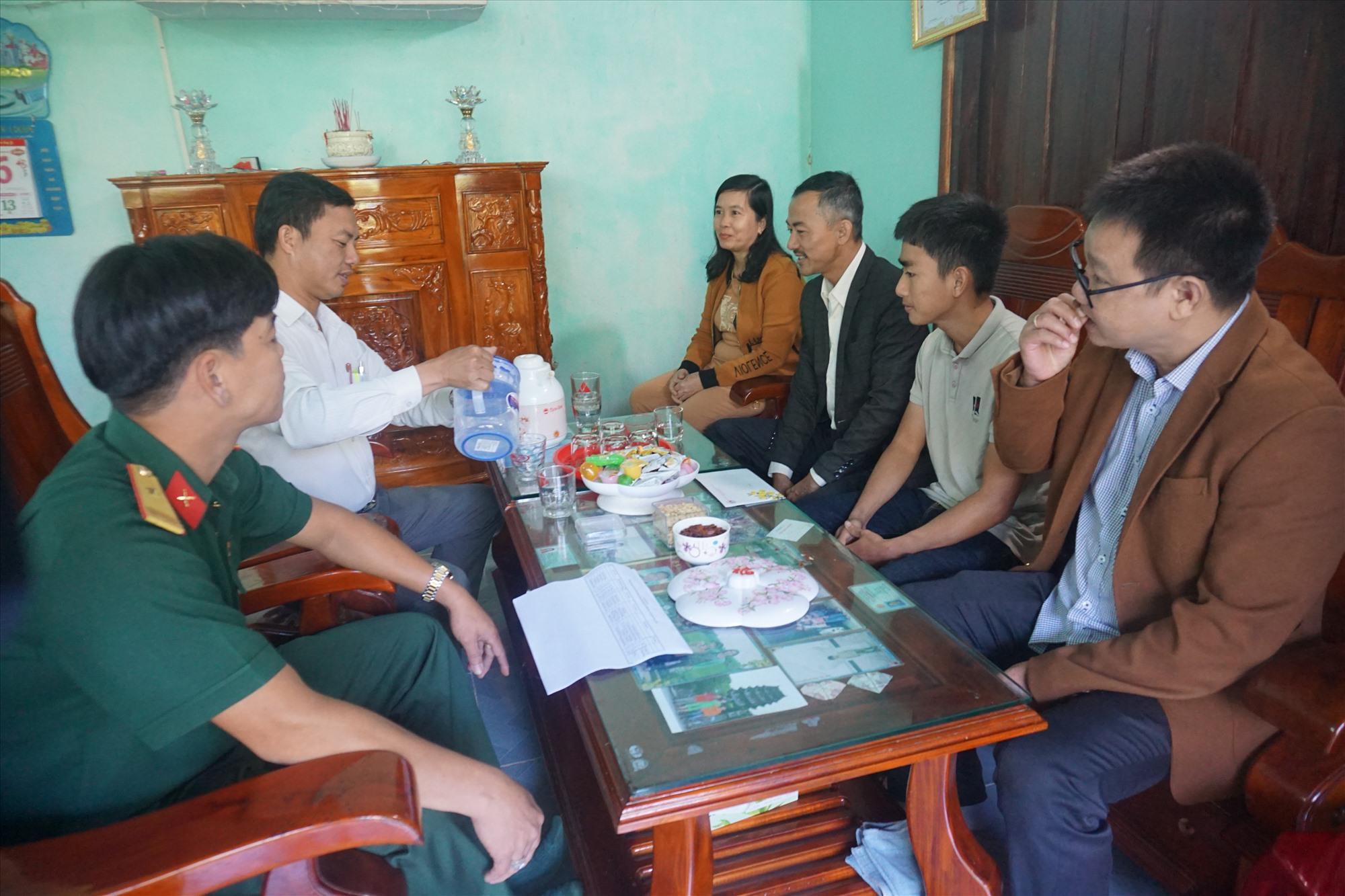 Hội đồng NVQS huyện Thăng Bình đến thăm, động viên thanh niên Nguyễn Đặng Trường (xã Bình Lãnh). Ảnh: BIÊN TÂN
