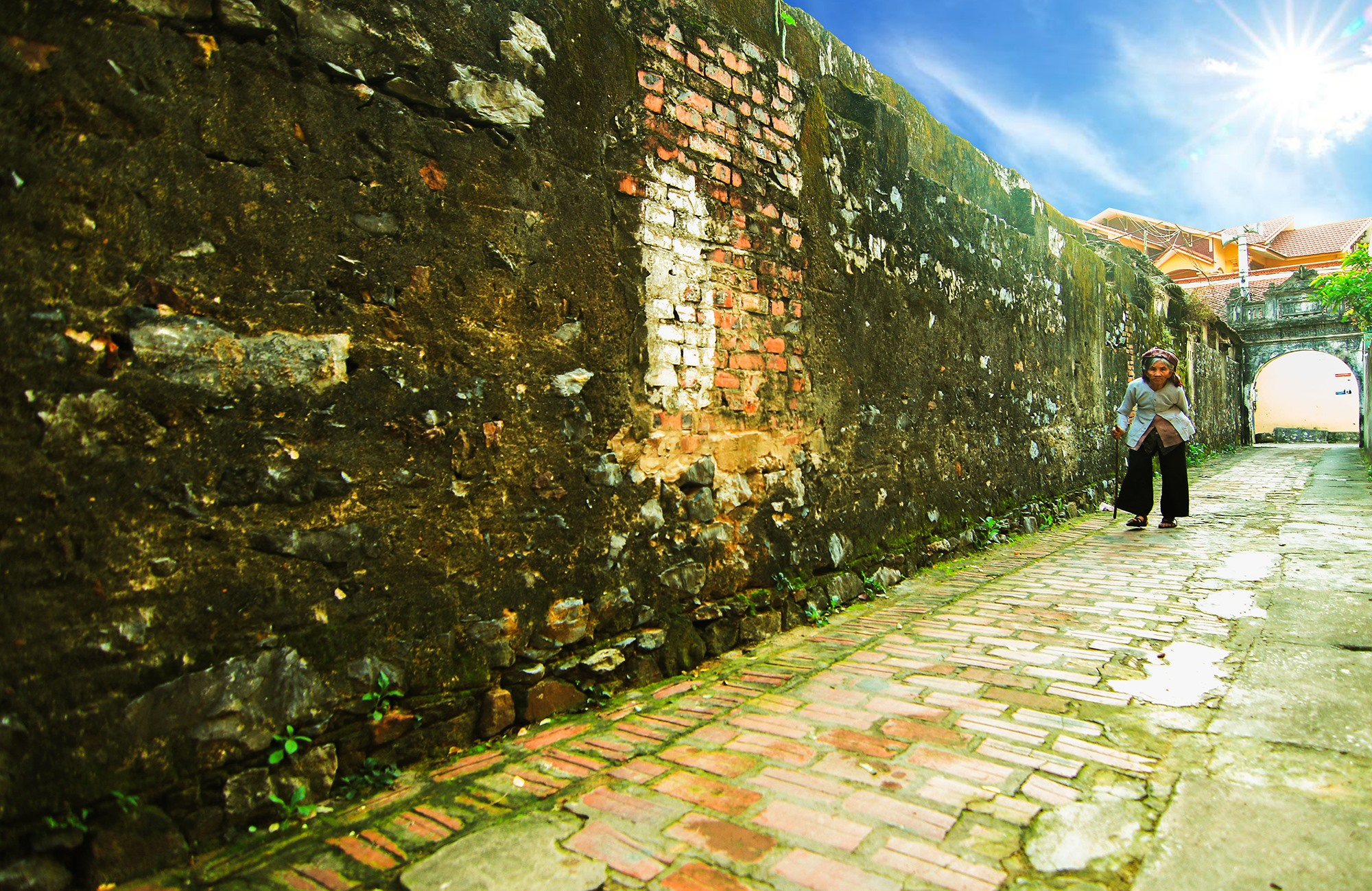 Tại làng cổ Đông Sơn hiện vẫn còn nhiều dải tường phủ rêu rất cổ kính.
