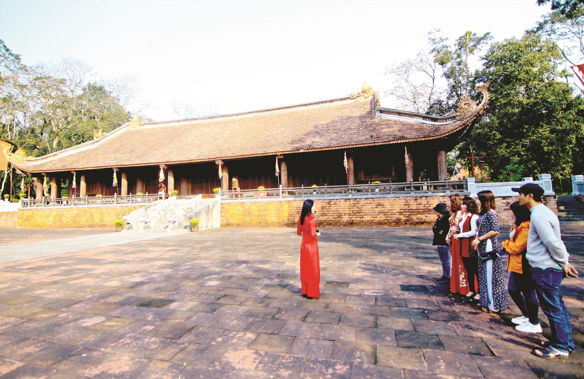Du khách tham quan Khu di tích lịch sử Lam Kinh. Ảnh: PHAN VINH