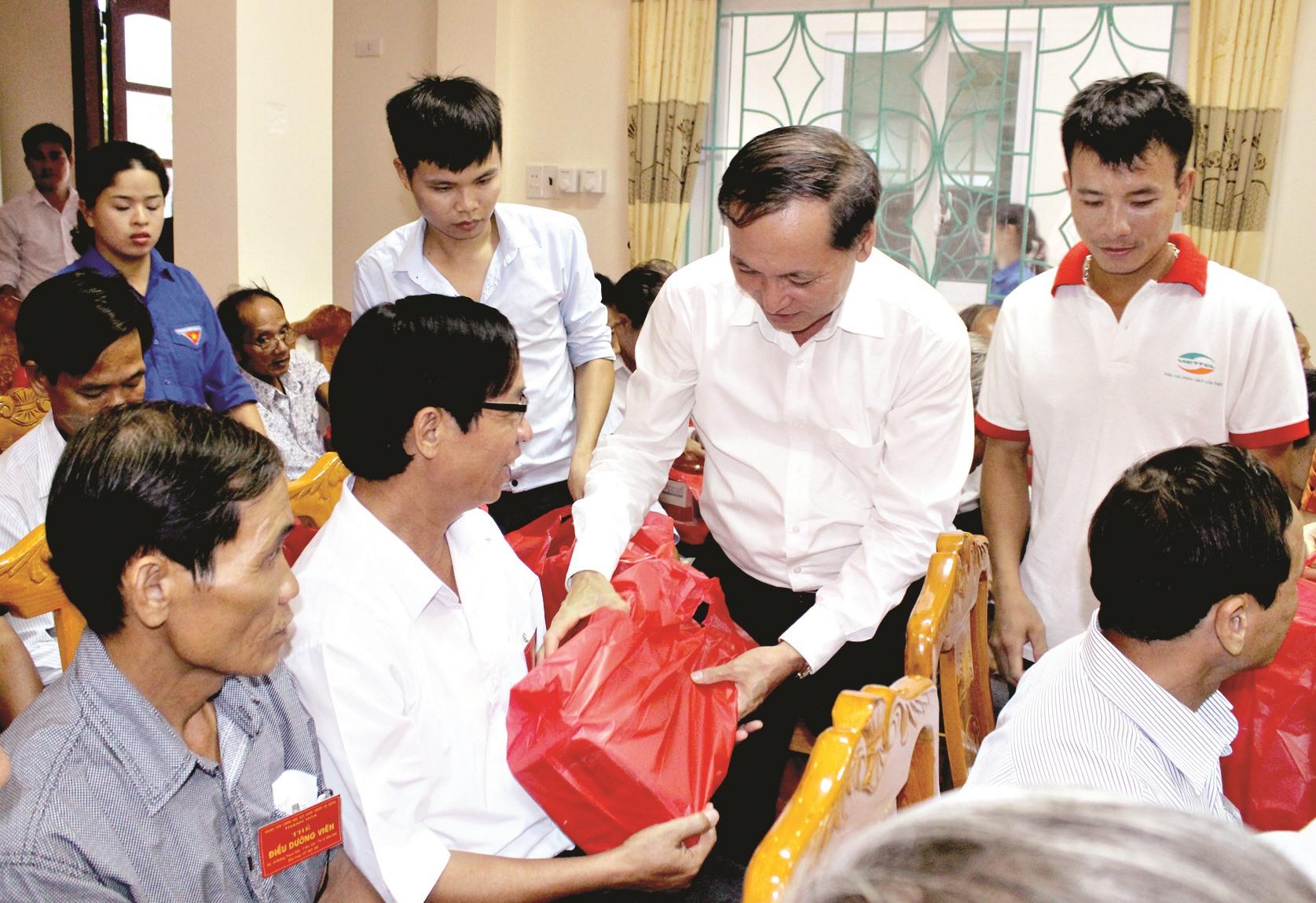 Lãnh đạo tỉnh Thanh Hóa tặng quà người có công tỉnh Quảng Nam trong một đợt điều dưỡng tại Thanh Hóa. Ảnh: D.L