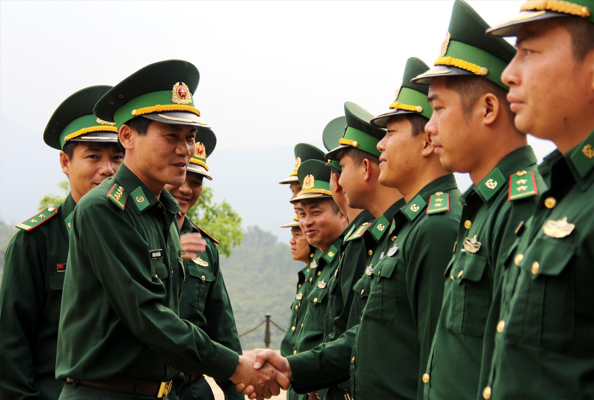 Thượng tá Hoàng Văn Mẫn động viên cán bộ, chiến sĩ Bộ đội biên phòng cần tăng cường hơn nữa công tác bảo vệ chủ quyền an ninh biên giới, xây dựng các biện pháp hiệu quả, tích cực trong việc ứng phó với dịch Covid-19. Ảnh: A.N