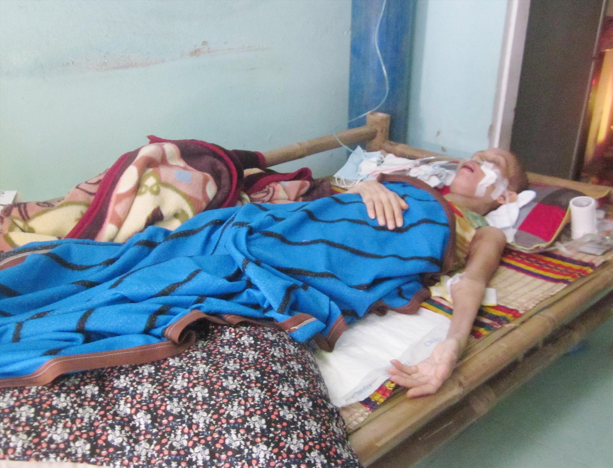 Chị Phùng Thị Thu (43 tuổi) bị bệnh ung thư máu, đang nằm bất động tại chỗ sau khi bệnh viện trả về. Ảnh: N.Q