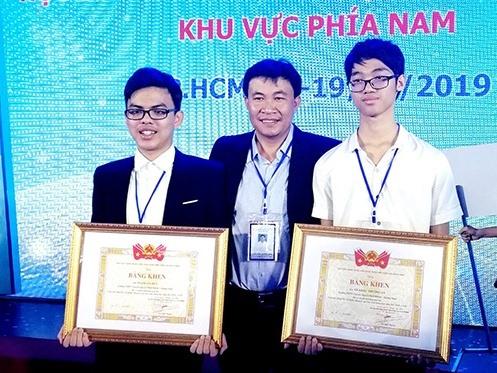 Phạm Gia Huy (trái) nhận Bằng khen của TW Đoàn tại cuộc thi tin học trẻ.