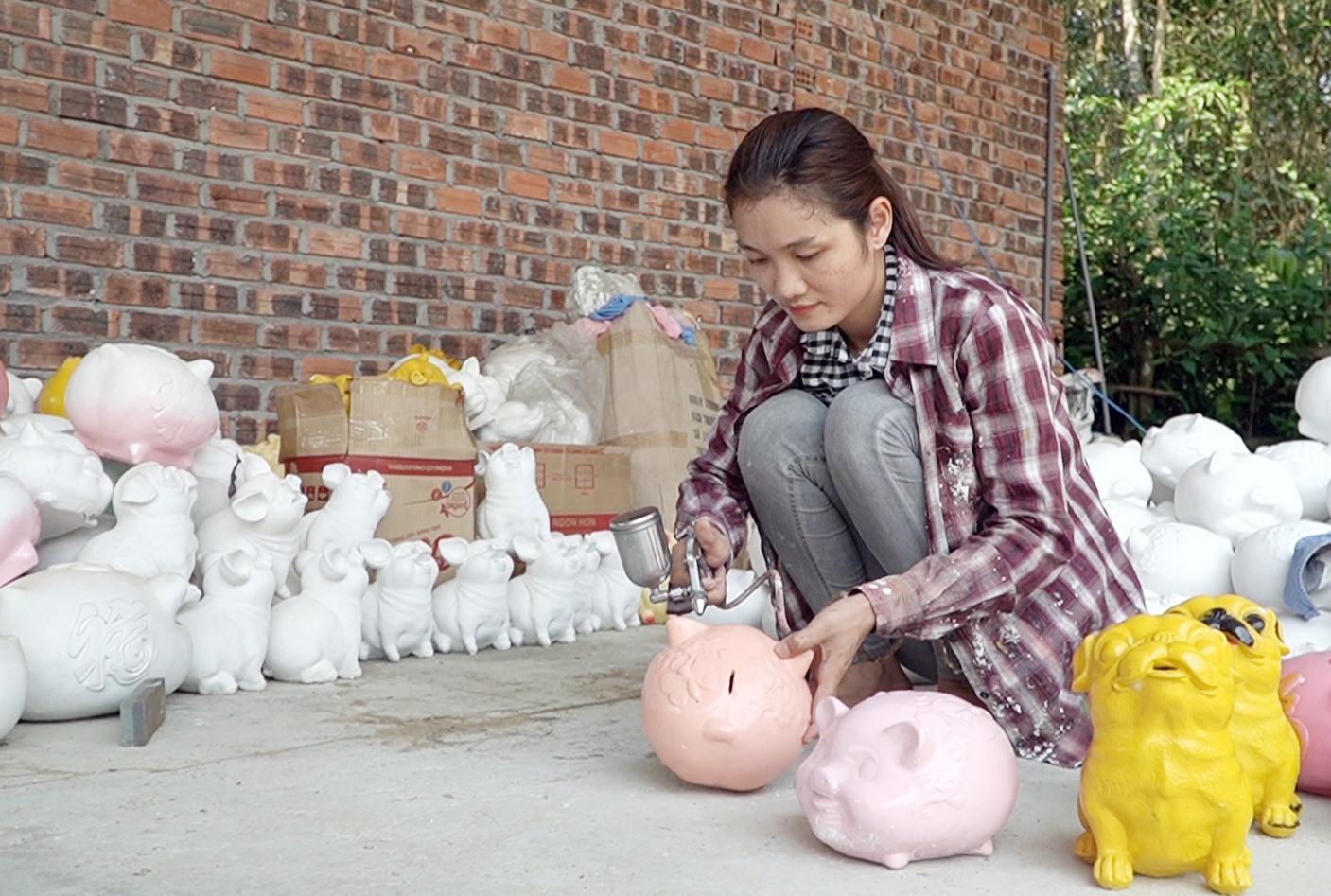 Mỗi ngày, xưởng chị Hương sản xuất được 300 sản phẩm heo đất các loại. Ảnh: PHAN VINH