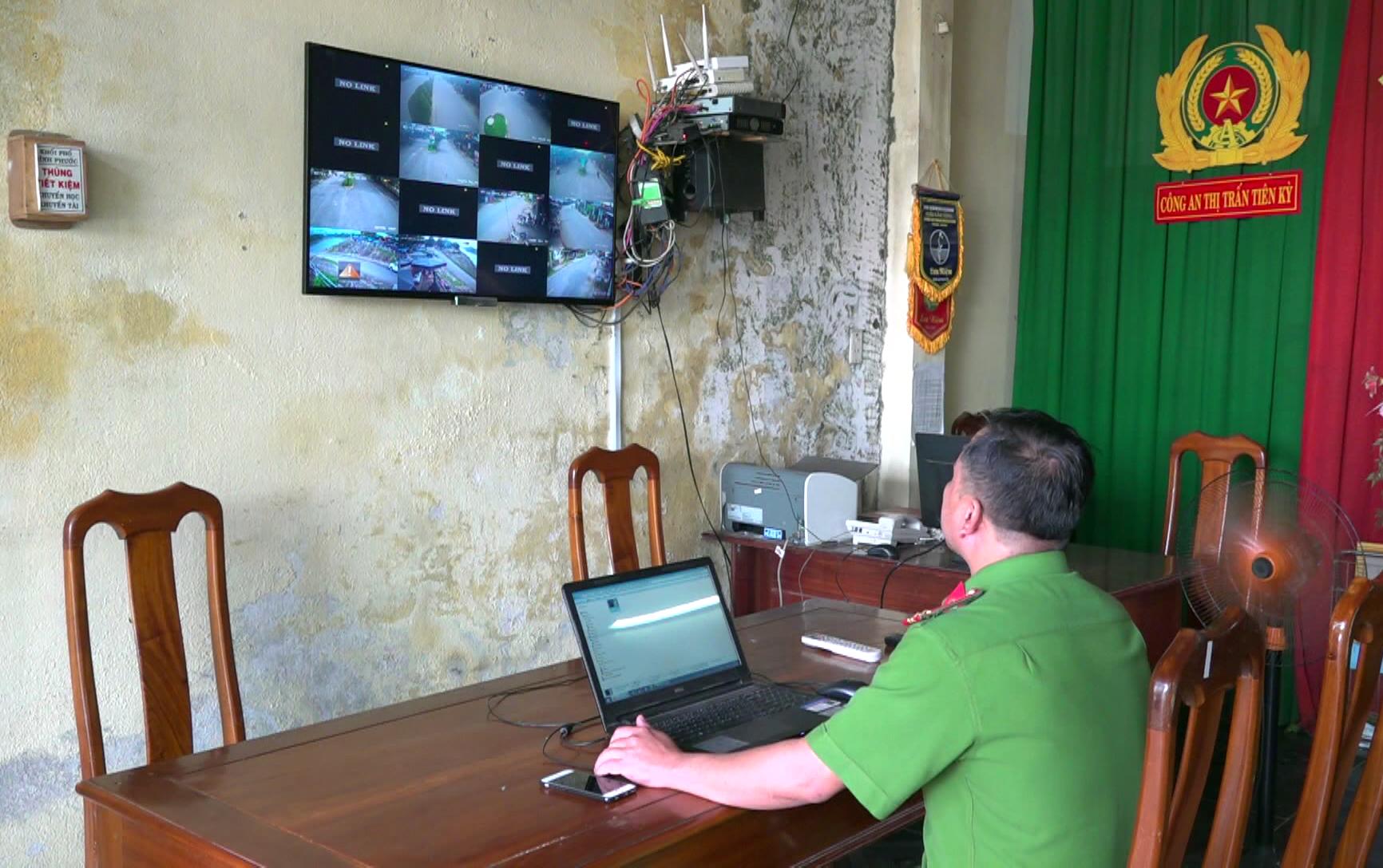 Công an Thị trấn Tiên Kỳ, Tiên Phước trích xuất hình ảnh từ camera an ninh để điều tra các vụ vi phạm pháp luật trên địa bàn. Ảnh: X.MAI