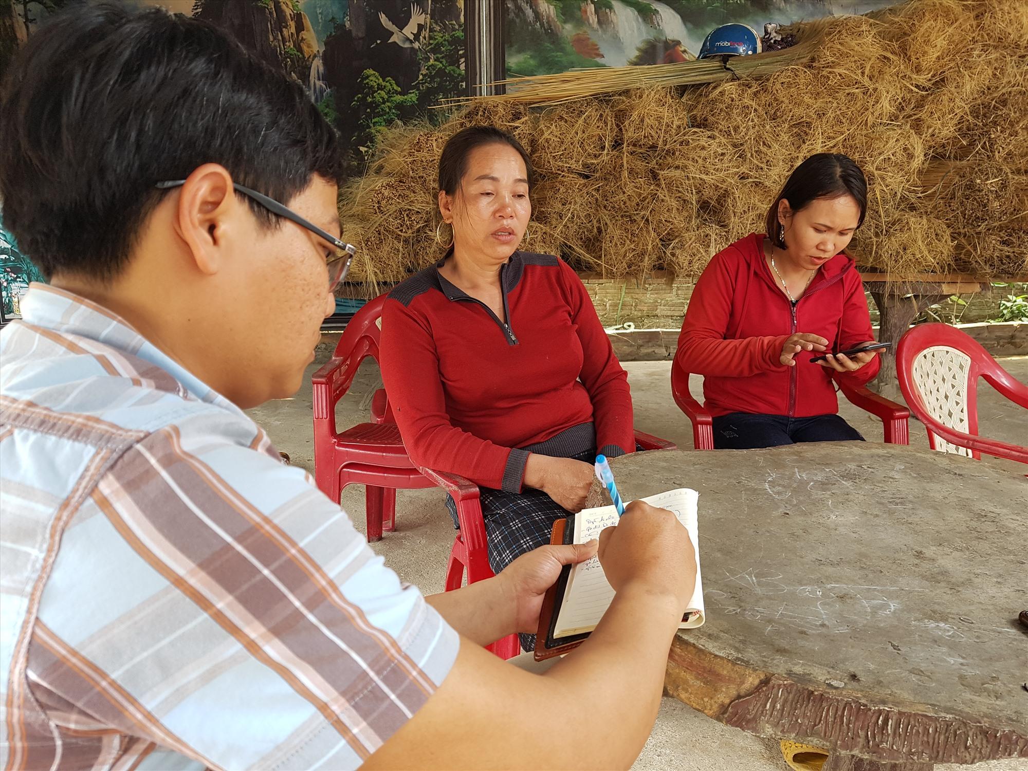 Bà Dương Thị Lan (ngồi giữa) cho rằng kết luận điều tra vụ tai nạn gây ra cái chết cho con gái bà của Cơ quan CSĐT Công an huyện Phước Sơn thiếu khách quan. Ảnh: C.Đ