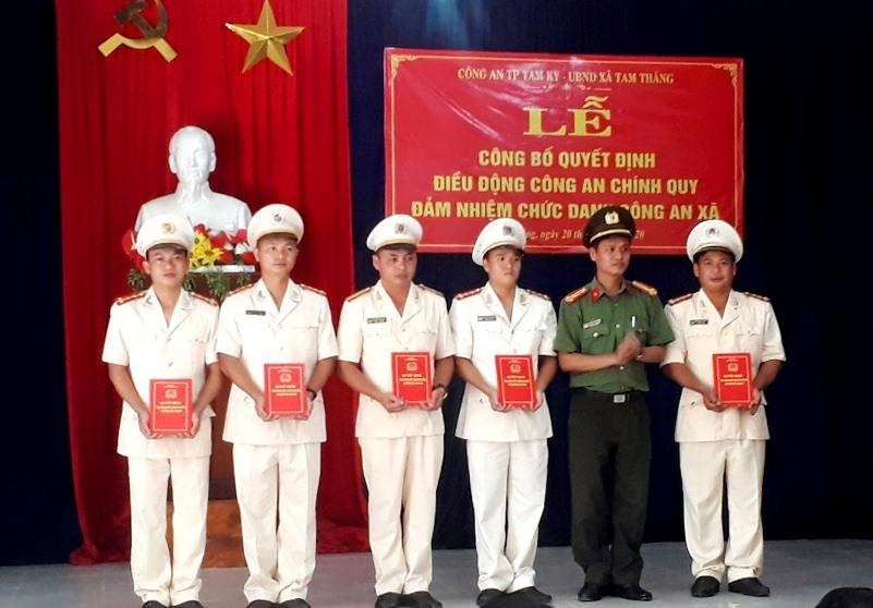 Lãnh đạo Công an thành phố trao quyết định cho cán bộ công an được điều động về xã Tam Thăng.