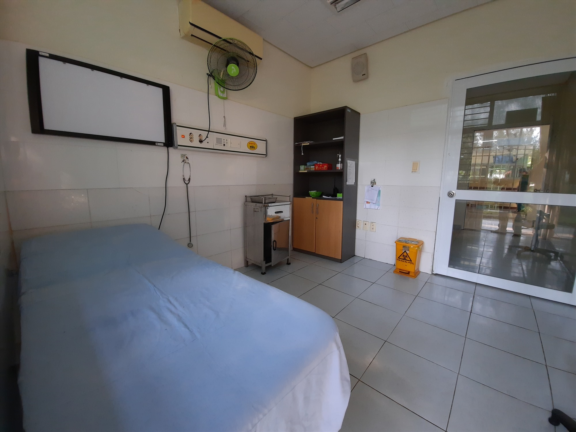 Bên trong phòng khám sàng lọc các trường hợp nghi ngờ nhiễm Covid-19, điều đặc biệt là phòng khám này được cách ly với khu vực an toàn bằng 2 lớp cửa. Ảnh: Đ. ĐẠO