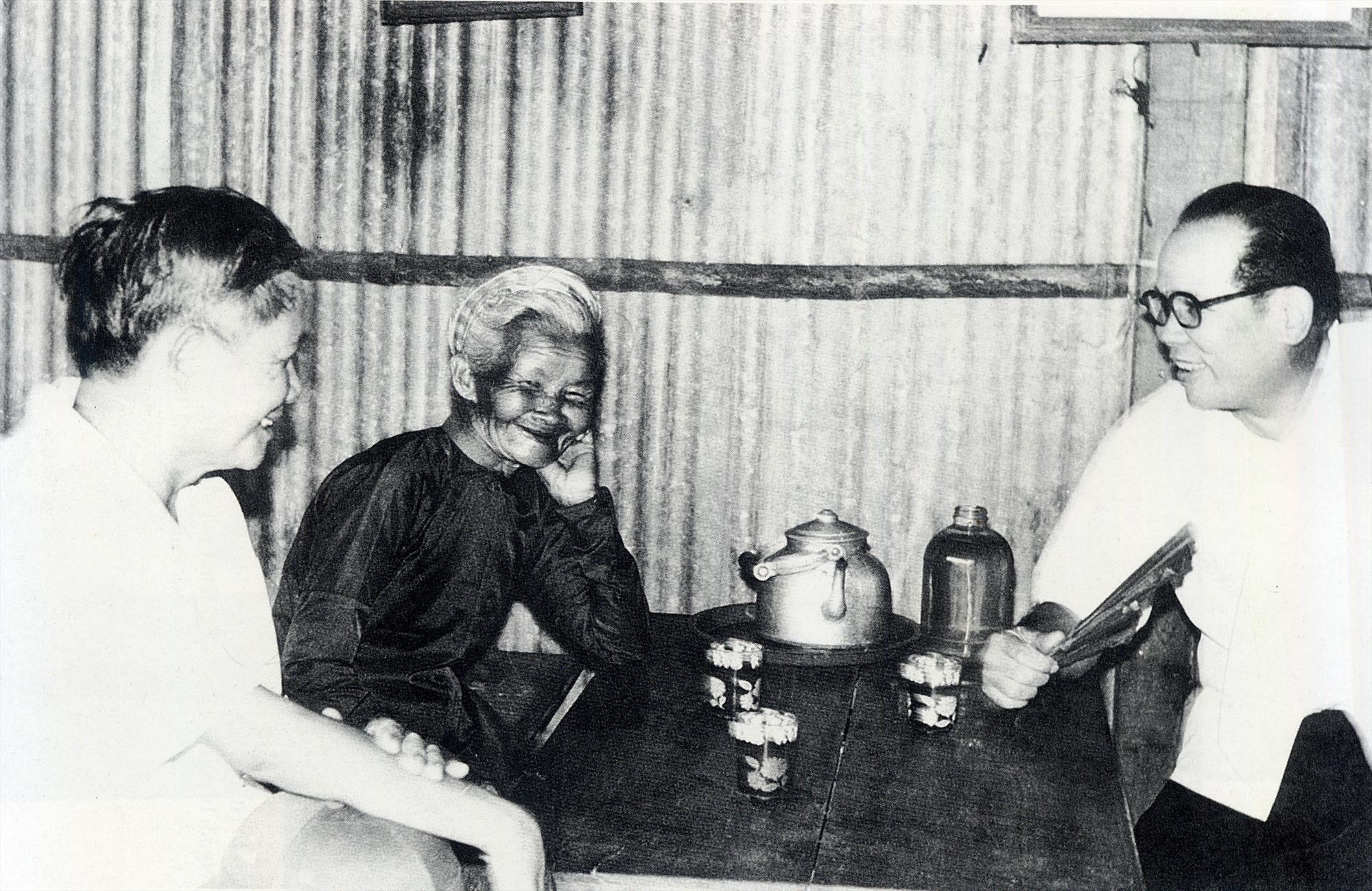 Các đồng chí nguyên lãnh đạo Đặc khu ủy Quảng Đà thăm Mẹ VNAH Phạm Thị Cộng - nơi che chở những hạt giống cách mạng.