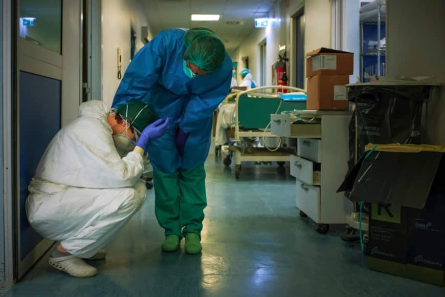 Nhiều nhân viên y tế kiệt sức trong cuộc chiến chống Covid-19. Ảnh: AFP