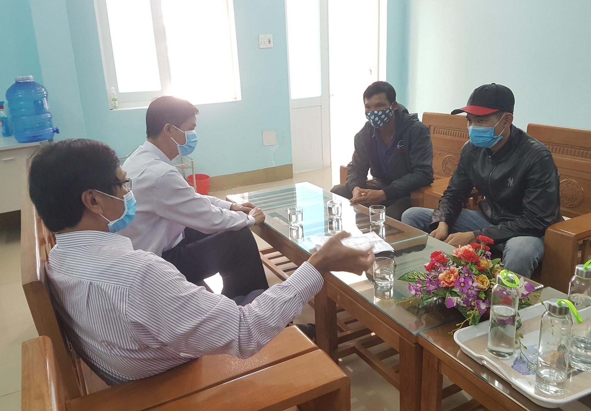 Đại diện Sở LĐ-TB&XH tỉnh tiếp đại diện của nhóm công nhân và hướng dẫn, giải thích cho người lao động hiểu quy định của luật. Ảnh: D.L