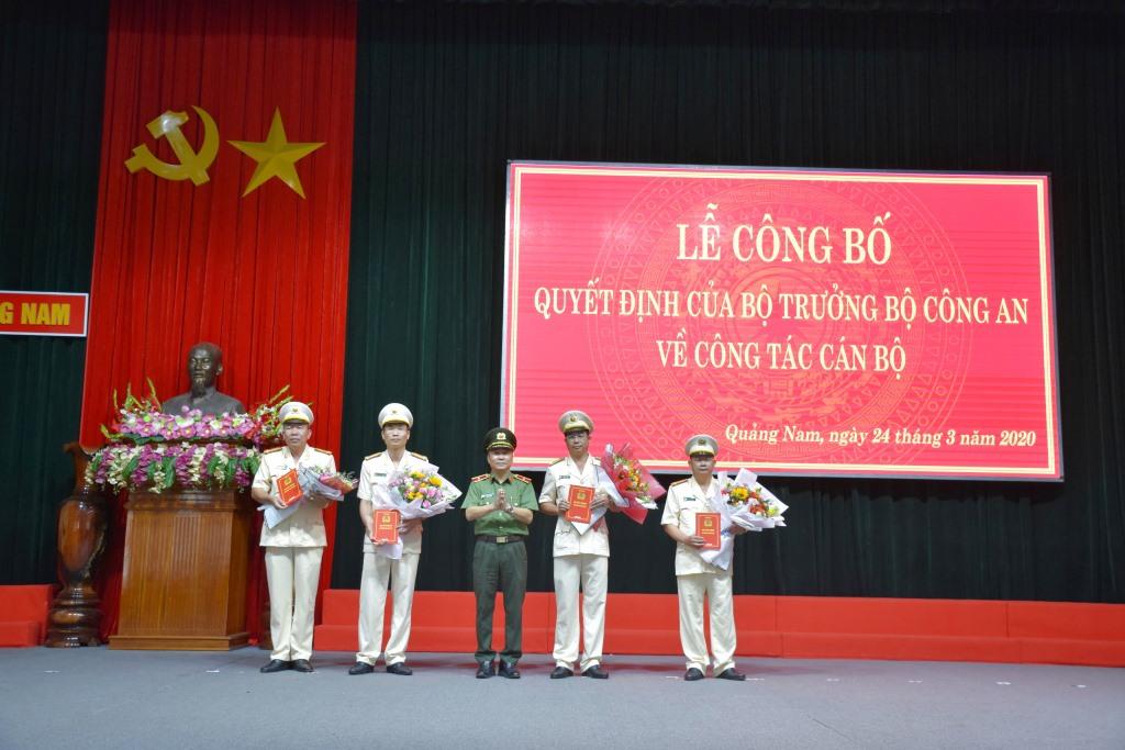Thiếu tướng Nguyễn Đức Dũng, Giám đốc Công an tỉnh trao quyết định và tặng hoa chúc mừng cho 04 đồng chí nhận nhiệm vụ mới.