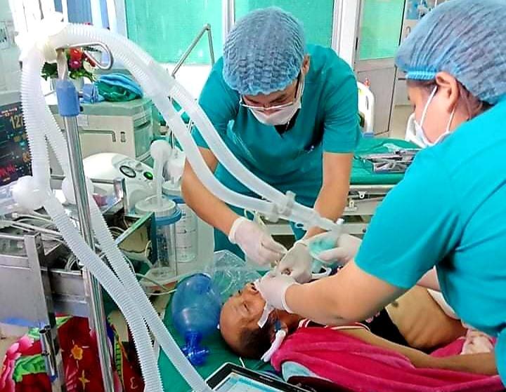 Các bác sĩ Trung tâm Y tế huyện Tây Giang đang tích cực cứu chữa bệnh nhân đột quỵ. Ảnh: N.H.T