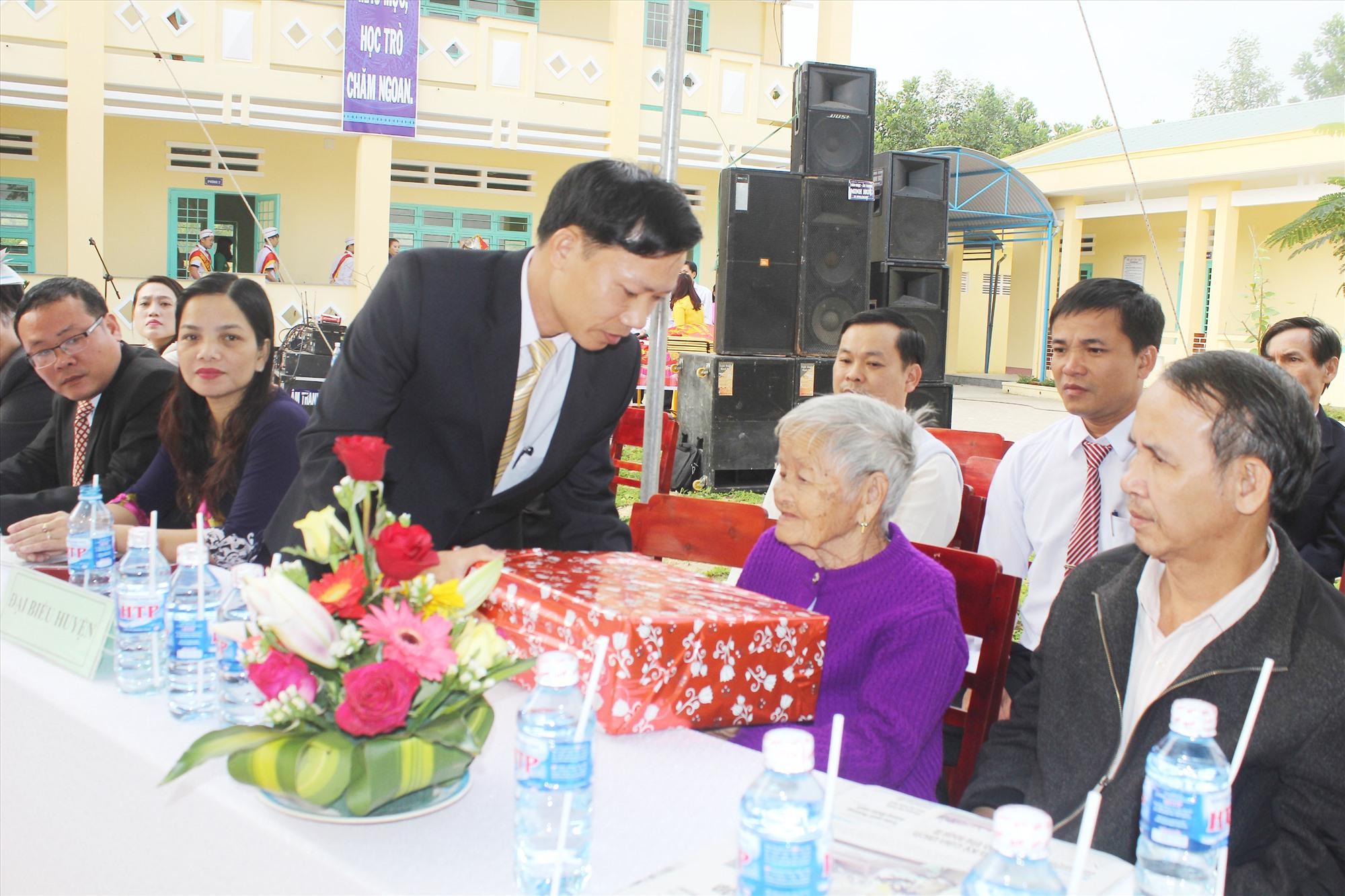 Bí thư Đảng ủy xã Tiên Phong Nguyễn Văn Ty tặng quà Bà mẹ Việt Nam anh hùng. Ảnh: D.L