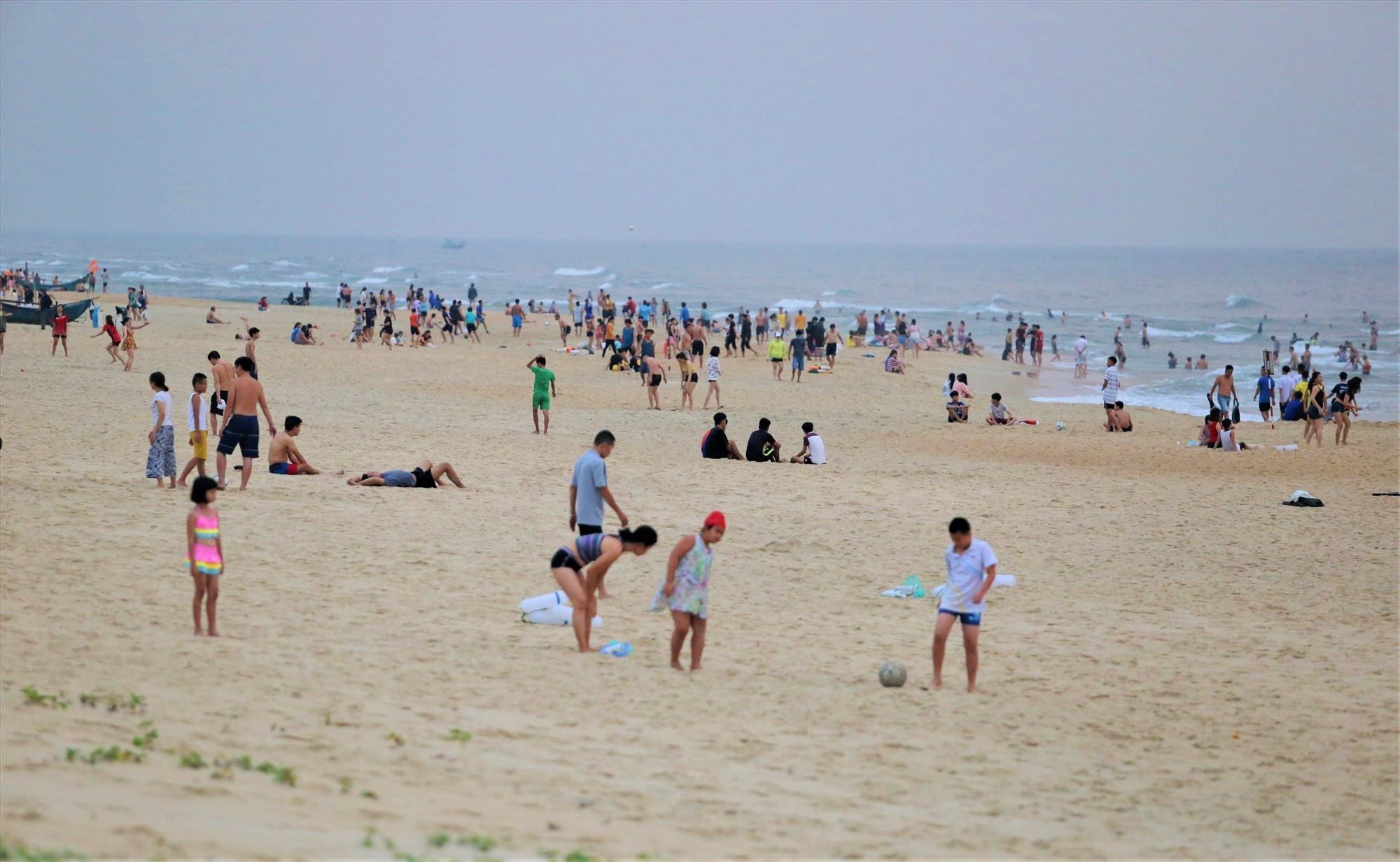 Rất đông người dân tắm biển Tam Thanh vào sáng 28.3. Ảnh: BÌNH AN